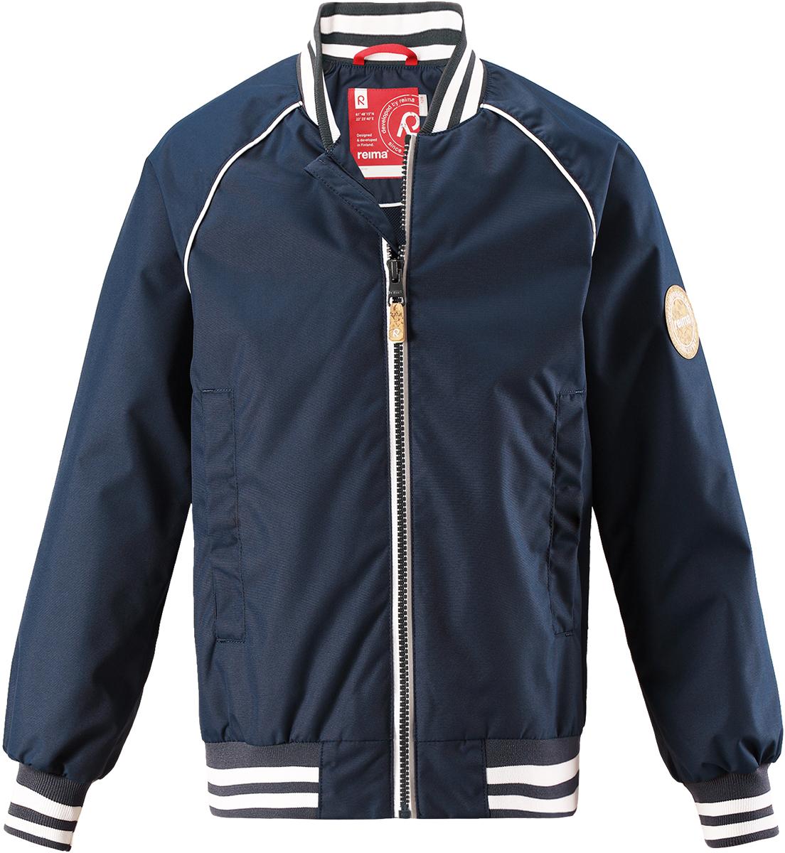 Куртка для мальчика Reima Aarre, цвет: темно-синий. 5215356980. Размер 1345215356980Ребенок будет просто в восторге от этой новой детской бейсбольной куртки от Reima для города. Она не только стильно смотрится, но еще и сшита из водо- и ветронепроницаемого, дышащего и грязеотталкивающего материала. Стильный дизайн модели довершают полосатый воротник, манжеты и талия на резинке!
