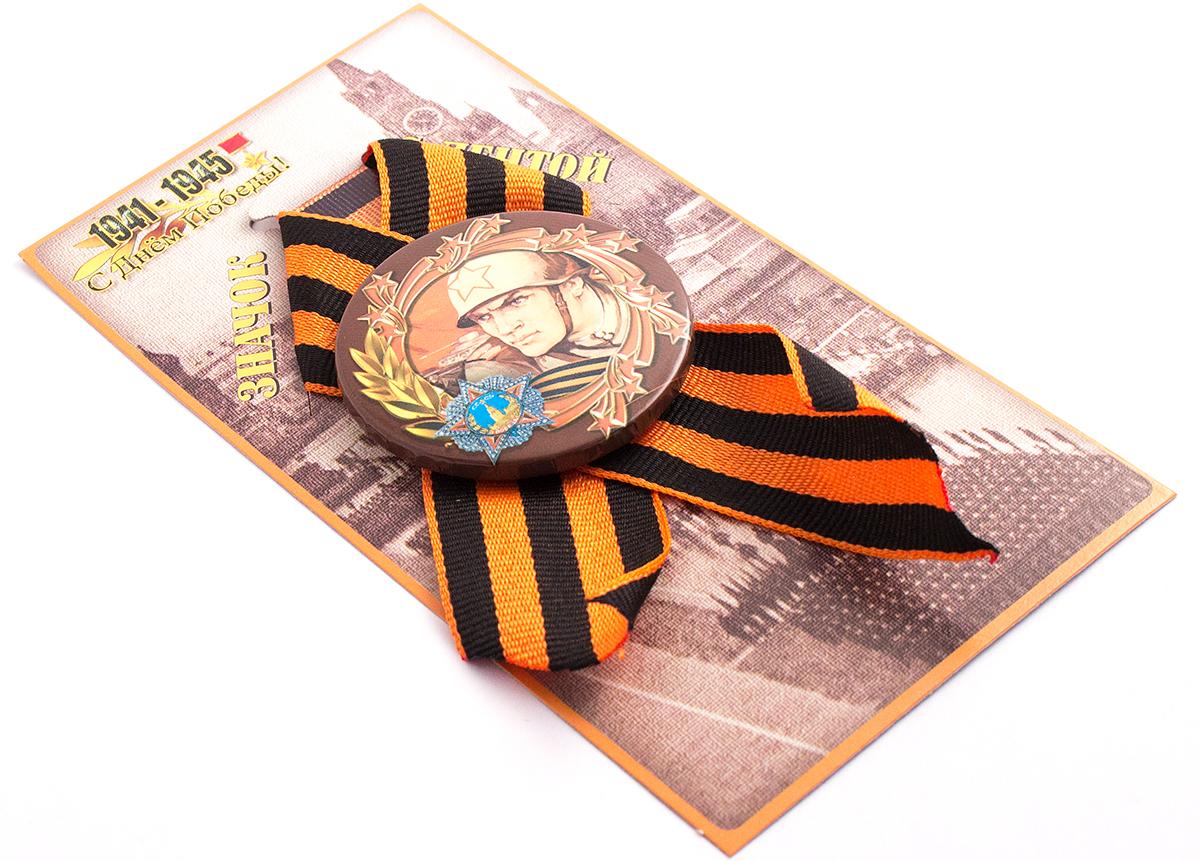 Медаль сувенирная Эврика Победы воин98092Подарочная медаль с качественной атласной лентой уложена на красочной картонной подложке. Размеры медали: 5,5 х 0,5 см.