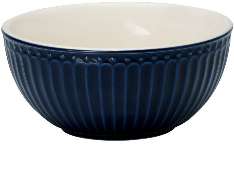Фарфоровые пиалы Alice dark blue – настоящие помощницы в ежедневной сервировке. Утренняя каша, хлопья с молоком, фруктовые салаты, разнообразные десерты и еще множество блюд, которые так и созданы для пиал Greengate. Небольшие пиалы отлично подходят для варенья, сметаны и соусов, а большие являются полноценными пиалами для первых блюд.  Базовая коллекция Alice создана для идеального сочетания посуды ранних и будущих коллекций Greengate. Впервые появилась в каталогах в 2016 году и с тех пор завоевала миллионы сердец своей универсальностью, насыщенными цветами и разнообразием посудной линейки. Alice dark blue – настоящая находка для тех, кто хочет освежить сервировку, придать ей благородные нотки классическим и глубоким синим цветом. Разнообразие предметов посуды в линейке позволяет коллекции быть как базой, так и связующим звеном с цветочными орнаментами коллекций Amanda indigo, Audrey indigo, Sally и с др.