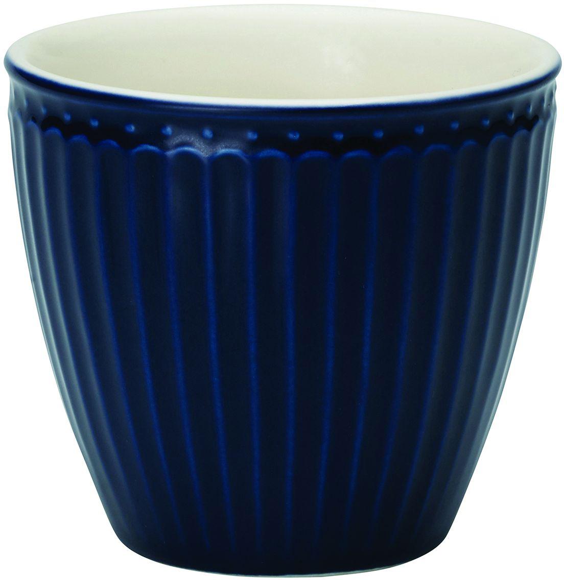 Стакан Alice, цвет: темно-синий, 300 млSTWLATAALI2206Фарфоровые стаканы, чашки для латте Alice dark blue – фаворит посудных каталогов GreenGate – прекрасно подходят как для горячих напитков - чая, кофе или какао – так и для холодных. Ягоды, мороженое, утренние сухие завтраки с молоком и йогуртом также можно сервировать в стаканах. Отсутствие классической ручки у чашки отнюдь не помеха, а даже преимущество, позволяющее пополнять коллекцию новыми моделями почти без ущерба пространству кухонных шкафов, ведь они прекрасно помещаются один в другом даже на самых миниатюрных кухнях. Базовая коллекция Alice создана для идеального сочетания посуды ранних и будущих коллекций Greengate. Впервые появилась в каталогах в 2016 году и с тех пор завоевала миллионы сердец своей универсальностью, насыщенными цветами и разнообразием посудной линейки. Alice dark blue – настоящая находка для тех, кто хочет освежить сервировку, придать ей благородные нотки классическим и глубоким синим цветом.