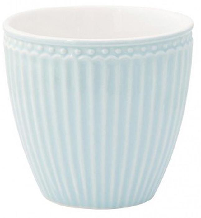 Стакан Alice, цвет: голубой, 300 млSTWLATAALI2906Фарфоровые стаканы, чашки для латте Alice pale blue – фаворит посудных каталогов GreenGate – прекрасно подходят как для горячих напитков - чая, кофе или какао – так и для холодных. Ягоды, мороженое, утренние сухие завтраки с молоком и йогуртом также можно сервировать в стаканах. Отсутствие классической ручки у чашки отнюдь не помеха, а даже преимущество, позволяющее пополнять коллекцию новыми моделями почти без ущерба пространству кухонных шкафов, ведь они прекрасно помещаются один в другом даже на самых миниатюрных кухнях.
