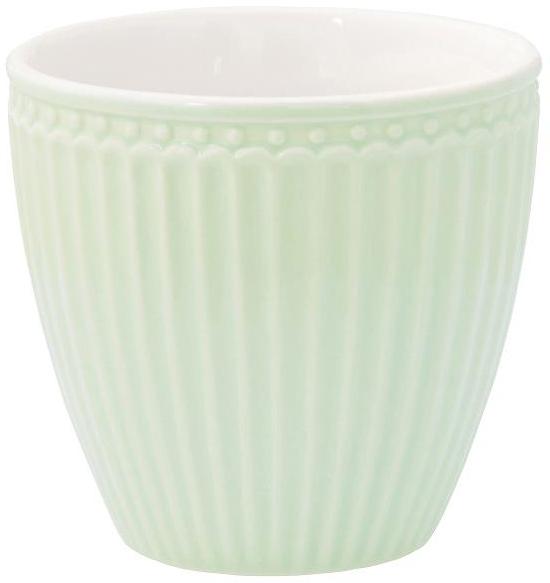 Фарфоровые стаканы, чашки для латте Alice pale green – фаворит посудных каталогов GreenGate – прекрасно подходят как для горячих напитков - чая, кофе или какао – так и для холодных. Ягоды, мороженое, утренние сухие завтраки с молоком и йогуртом также можно сервировать в стаканах. Отсутствие классической ручки у чашки отнюдь не помеха, а даже преимущество, позволяющее пополнять коллекцию новыми моделями почти без ущерба пространству кухонных шкафов, ведь они прекрасно помещаются один в другом даже на самых миниатюрных кухнях.