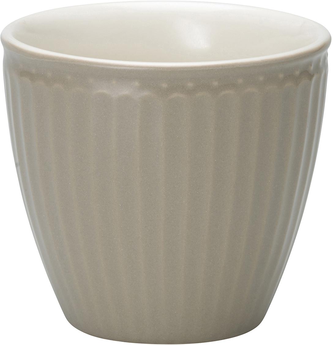 Фарфоровые стаканы, чашки для латте Alice warm grey – фаворит посудных каталогов GreenGate – прекрасно подходят как для горячих напитков - чая, кофе или какао – так и для холодных. Ягоды, мороженое, утренние сухие завтраки с молоком и йогуртом также можно сервировать в стаканах. Отсутствие классической ручки у чашки отнюдь не помеха, а даже преимущество, позволяющее пополнять коллекцию новыми моделями почти без ущерба пространству кухонных шкафов, ведь они прекрасно помещаются один в другом даже на самых миниатюрных кухнях.