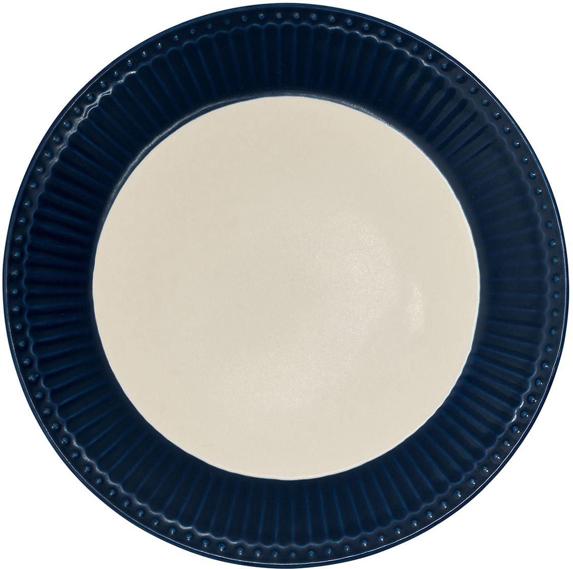 Тарелка датского производства Alice dark blue, выполненная из высококачественного фарфора, несомненно, станет украшением как праздничного стола, так и повседневной сервировки.  Базовая коллекция Alice создана для идеального сочетания посуды ранних и будущих коллекций Greengate. Впервые появилась в каталогах в 2016 году и с тех пор завоевала миллионы сердец своей универсальностью, насыщенными цветами и разнообразием посудной линейки. Alice dark blue – настоящая находка для тех, кто хочет освежить сервировку, придать ей благородные нотки классическим и глубоким синим цветом. Разнообразие предметов посуды в линейке позволяет коллекции быть как базой, так и связующим звеном с цветочными орнаментами коллекций Amanda indigo, Audrey indigo, Sally и с др.