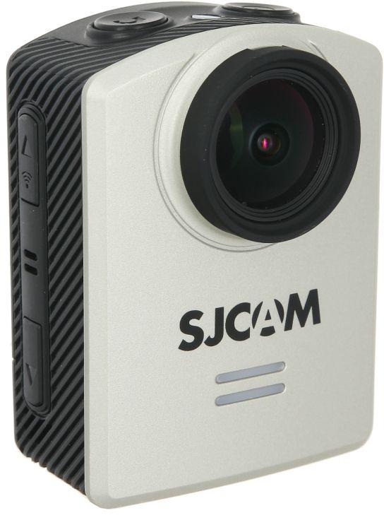 SJCAM M20, Silver экшн-камераSJCAM M20 silverSJCAM M20 - первая камера, которая воплотила в себе мечту поклонников бренда - управление с помощью дистанционного пультауправления. Пока что данная функция доступна лишь с камерой M20. Управление с помощью пульта значительно упростит и разнообразитсъемку. Гаджет (пульт) в комплект камеры не входит, докупается отдельно. SJCAM M20 использует встроенный гироскоп, который позволяет делать более резкие кадры во время тряски. Вследствие чего ваши фото ивидео будут более четкими.Камера построена на самом мощном на сегодня процессоре Novatek NTK96660 и качественной матрице Sony IMX206 , 16 Mп, что гарантируетотличную цветопередачу в фотоснимках и видеороликах.Такое сочетание обеспечивает запись видео с реальным разрешением в 2K и с небольшой интерполяцией - в 4K. Формат записи видео можновыбирать - MOV или MP4.Важной особенностью является изменяемый угол зрения камеры - то есть FOV, который можно устанавливать в 70, 150, 166 градусов внастройках.SJCAM M20 имеет встроенную коррекцию дисторсии изображения - то есть записываемое видео не имеет сильных искажений по угламкартинки, даже при больших углах FOV.Камера снабжена экраном 1,5 дюйма, для лучшего контроля записи в комплект входят необходимые аксессуары для крепления камеры налюбые поверхности.Кроме этого, у камеры есть WIFI для работы со смартфонами под управлением IOS и Android, фирменное приложение SJCAM ZONEскачивается и устанавливается бесплатно, на коробке есть QR коды для быстрой установки.SJCAM M20 имеет режим слоу-моушн (slowmotion) - съемка в замедленном режиме, когда действие происходит очень быстро и чтобы увидетьего в деталях, необходимо замедление и большая частота кадров в секунду. При просмотре такой записи сохранится плавность картинки идетализация (как при нормальной съемке), но скорость движения в кадре уменьшится.SJCAM M20 снимает со скоростью до 120 кадров/с на разрешении 720p, что подходит для слоу-моушн. SJCAM M20 - первая экшн камера имеющая возможность 