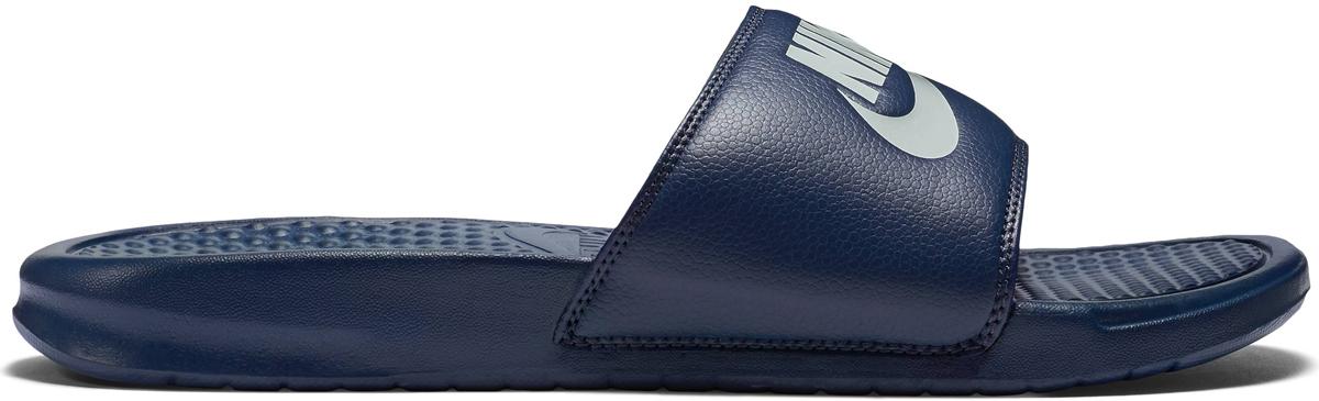 Шлепанцы мужские Nike Benassi Just Do It, цвет: темно-синий. 343880-403. Размер 7 (39)343880-403Мужские шлепанцы Benassi Just Do It от Nike подарят вам максимальный комфорт. Верх модели, выполненный из синтетической кожи, оформлен логотипом и названием бренда. Текстурированная стелька обеспечивает массажный эффект и способствует расслаблению ног. Цельная инжектированная подошва - для мягкости и невесомой амортизации. Рифление на подошве гарантирует идеальное сцепление с любой поверхностью. Модные шлепанцы покорят вас своим дизайном и удобством!