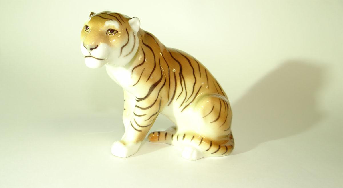 Скульптура изготовлена на ЛФЗ из фарфора с использованием росписи. Скульптор: Белаш Г.А. Высота: 11
