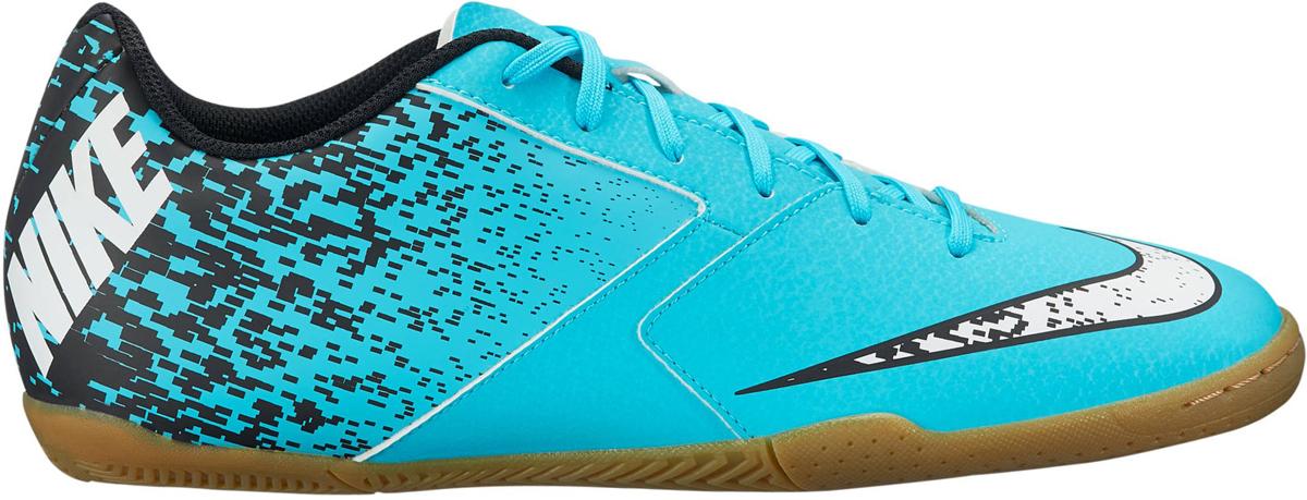 Кроссовки для футзала мужские Nike BombaX (IC), цвет: бирюзовый. 826485-410. Размер 10,5 (43,5)826485-410Мужские футбольные бутсы для игры в зале Nike BombaX (IC) из особой резины предназначены для игры на небольших полях. Легкий верх из синтетической кожи гарантирует оптимальный контроль мяча при ударах и пасах. В названии модели использовано португальское сленговое слово, которое означает важная шишка. Легкий верх из мягкой синтетической кожи обеспечивает превосходное касание и долговечность. Платформа из материала Phylon в области пятки и штампованная стелька из материала EVA обеспечивают низкопрофильную амортизацию без утяжеления. Резиновая зигзагообразная подошва обеспечивает низкопрофильное сцепление в зале и на улице. Адаптивная посадка для длительного комфорта. Смещенная система шнуровки предназначена для увеличения поверхности контакта с мячом и обеспечивает эффективное касание по всей площади.
