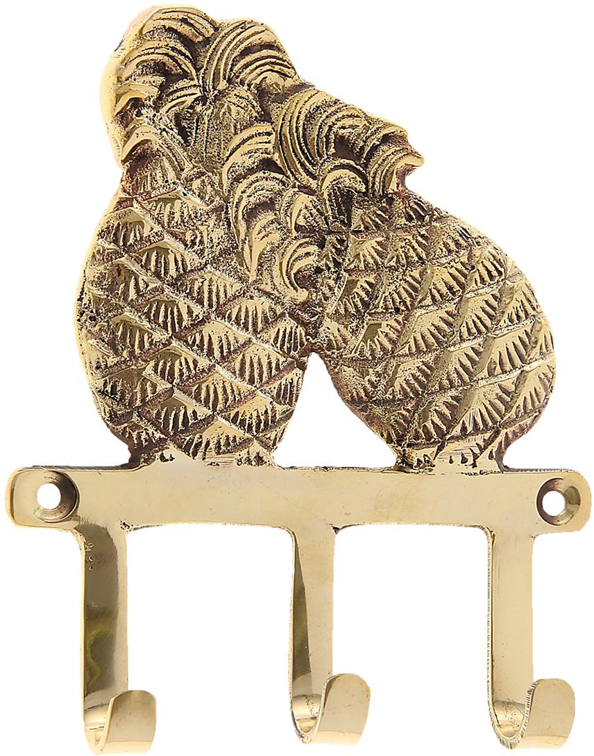Крючок Ананасы, цвет: золотой699771Индусы чтят порядок в доме, чтобы всё всегда лежало на своих местах, и в то же время было под рукой. Крючок Ананасы как раз тот предмет домашнего обихода, который всегда пригодится в хозяйстве. Он выполнен из латуни - материала, который ценится в загадочной Индии своими свойствами: прочностью, ковкостью, твёрдостью и высокой коррозионной стойкостью. Поэтому Вы можете не беспокоиться за сохранность этого удивительно оригинального крючка, если расположите его в ванной комнате или на даче в предбаннике. Такими помощниками хочется завешать все стены, двери и прочее. Необычный дизайн, прочность, многофункциональность и экзотическое происхождение ручной работы, все это подкупает с первого взгляда. С таким аксессуаром все Ваши ключи, полотенца, кружки, ложки-поварёшки и многое другое будут прибраны и находиться на самом видном месте.