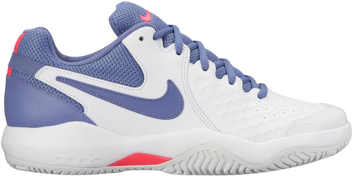 Кроссовки для тенниса женские Nike Air Zoom Resistance, цвет: белый, фиолетовый. 918201-157. Размер 7,5 (37,5)918201-157Женские теннисные кроссовки Air Zoom Resistance от Nike с верхом из кожи и сетки обеспечивают легкость и износостойкость. Прочная кожа с перфорацией обеспечивает воздухопроницаемость. Супинатор в средней части стопы из материала TPU для непревзойденной поддержки и устойчивости. Вставка Zoom Air в пятке обеспечивает адаптивную амортизацию без утяжеления. Кожа охватывает среднюю часть стопы для надежной поддержки. Супинатор из материала TPU в средней части стопы обеспечивает боковую поддержку и стабилизацию при резкой смене направления и скоростных забегах. Подметка GDR с модифицированным зигзагообразным рисунком протектора создает превосходное сцепление на кортах с твердым покрытием.