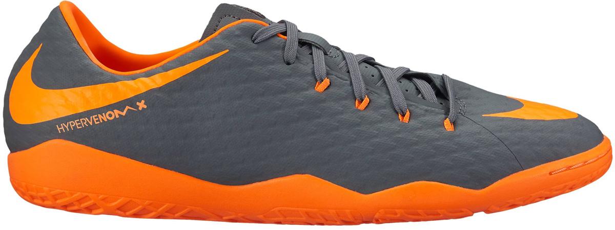 Кроссовки для футзала мужские Nike Hypervenom PhantomX 3 Academy (IC), цвет: серый, оранжевый. AH7278-081. Размер 10 (43)AH7278-081Мужские футбольные бутсы для игры в зале Nike Hypervenom PhantomX 3 Academy (IC) со сплошной рельефной текстурой, которая улучшает касание, и не оставляющей следов рельефной подметкой идеально подходят для контроля мяча в зале. Динамические нити в боковой части обеспечивают фиксацию при резких рывках. Рельефная текстура по всей поверхности позволяет лучше ощущать мяч. Асимметричная шнуровка расширяет возможности контроля мяча и увеличивает зону удара. Синтетический верх принимает форму стопы. Не оставляющая следов подметка обеспечивает идеальное сцепление с игровым покрытием зала.