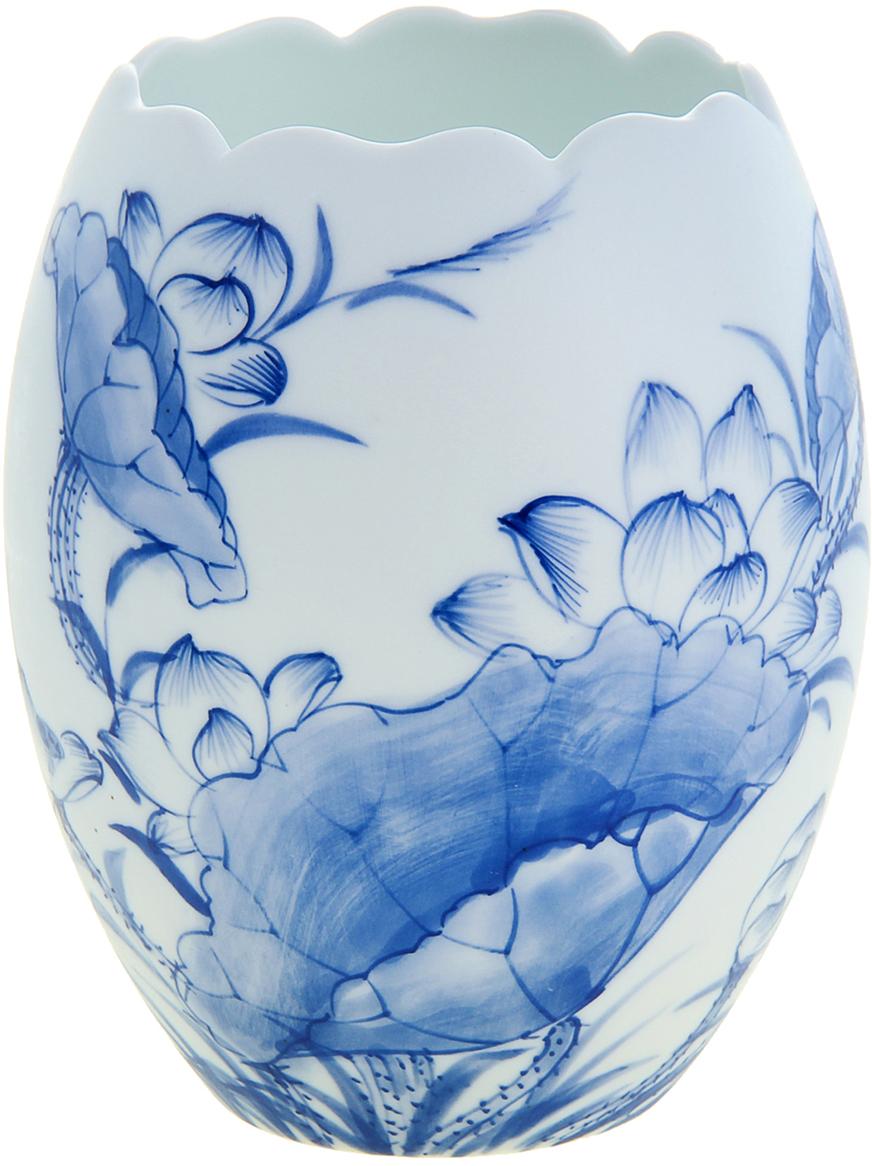 Ваза Цветы лотоса, цвет: белый, 15 см1044637Изысканная керамическая Ваза Цветы лотоса ручной работы, роспись которой напоминает чарующие японские мотивы в стиле гжель. Вы только посмотрите на ровные линии фигуры этого грациозного сосуда, чувствуется, как вьетнамские мастера шаг за шагом создавали его невероятный орнамент. Такая роскошная экзотического творения красавица станет элегантным подарком любой даме, помимо этого она станет актуальным презентом на свадьбу или годовщину.