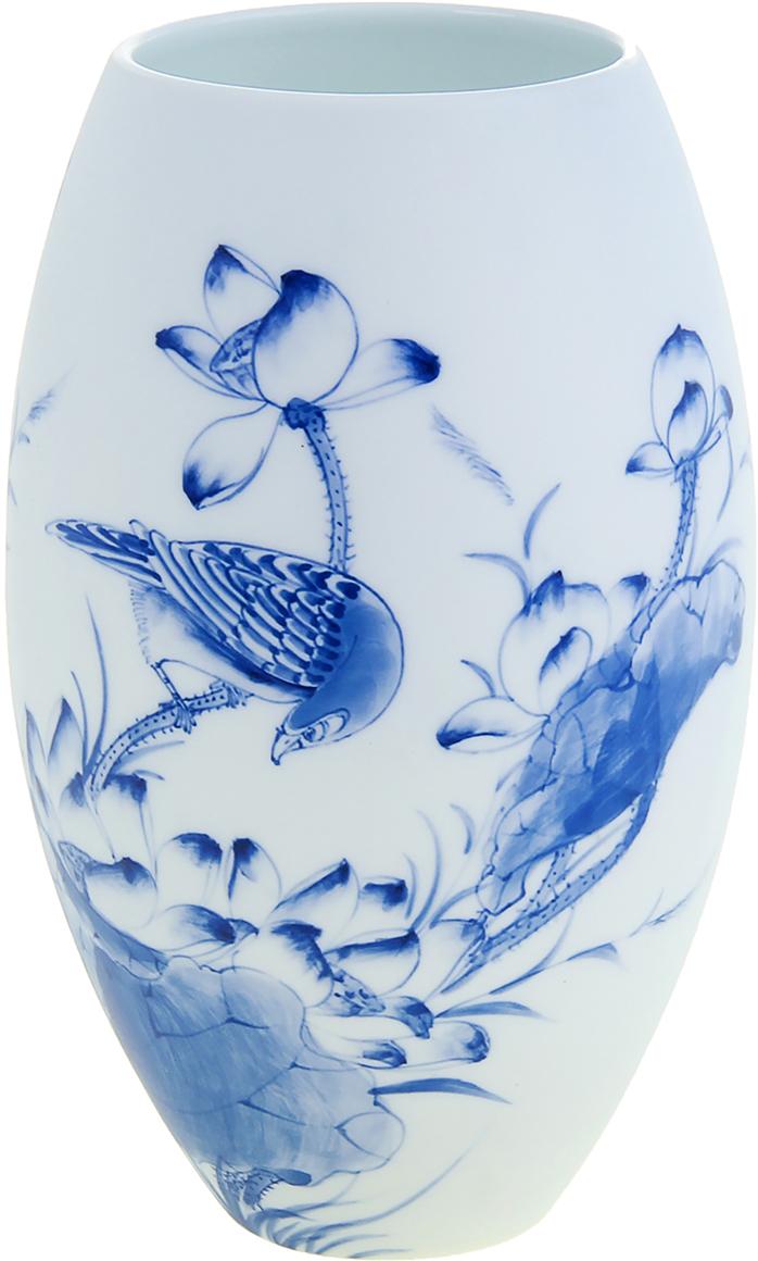 """Изысканная керамическая ваза """"Птица"""" ручной работы, роспись которой  напоминает чарующие японские мотивы в стиле гжель. Вы только посмотрите на  ровные линии фигуры этого грациозного сосуда, чувствуется, как вьетнамские  мастера шаг за шагом создавали его невероятный орнамент. Такая роскошная  экзотического творения красавица станет элегантным подарком любой даме,  помимо этого она станет актуальным презентом на свадьбу или годовщину."""