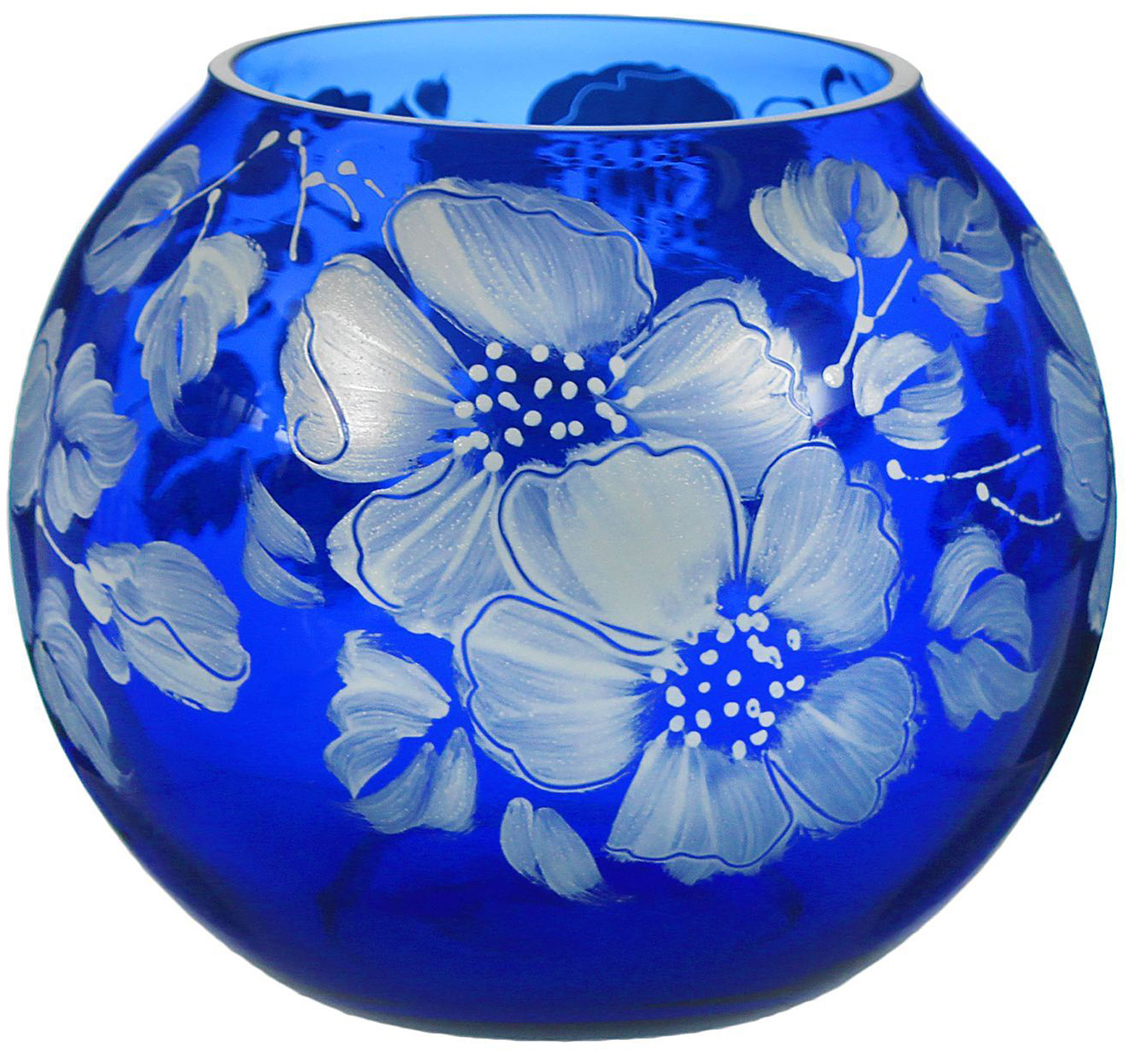 Ваза-шар Белые цветы, цвет: синий, 11 см1298290Ваза - не просто сосуд для букета, а украшение убранства. Поставьте в неё цветы или декоративные веточки, и эффектный интерьерный акцент готов! Стеклянный аксессуар добавит помещению лёгкости. Ваза-шар Белые цветы, синяя преобразит пространство и как самостоятельный элемент декора. Наполните интерьер уютом! Каждая ваза выдувается мастером. Второй точно такой же не встретить. А случайный пузырёк воздуха или застывшая стеклянная капелька на горлышке лишь подчёркивают её уникальность.