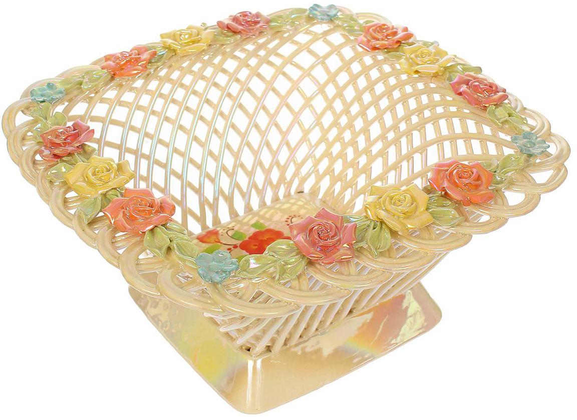 Ваза для конфет выполнена из фарфора перламутрового цвета. Её стенки декорированы  плетением, а дно украшено рисунком. Изделие оформлено изящной лепкой в виде цветочной  композиции с золотым обрамлением.  Такой дизайн обязательно придётся по вкусу тем, кто предпочитает нежные цвета и изысканные  детали в интерьере. Вещь предназначена для подачи конфет, сухофруктов или восточных  сладостей.  Фарфоровая посуда ручной работы будет радовать своей прочностью и первоначальным  внешним видом не один год!