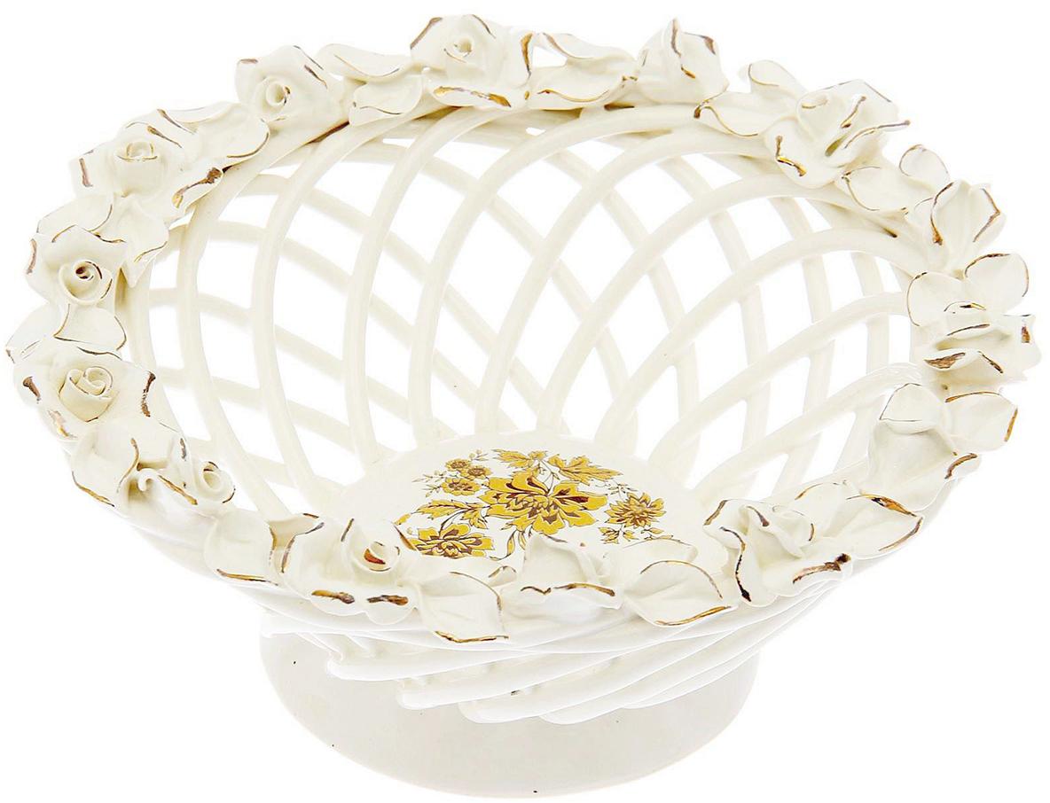 Конфетница Керамика ручной работы Классика, цвет: белый, малая1547089Ваза для конфет выполнена из фарфора белого цвета. Её стенки декорированы плетением, а дно украшено рисунком. Изделие оформлено изящной лепкой в виде цветочной композиции с золотым обрамлением. Такой дизайн обязательно придётся по вкусу тем, кто предпочитает нежные цвета и изысканные детали в интерьере. Вещь предназначена для подачи конфет, сухофруктов или восточных сладостей. Фарфоровая посуда ручной работы будет радовать своей прочностью и первоначальным внешним видом не один год!
