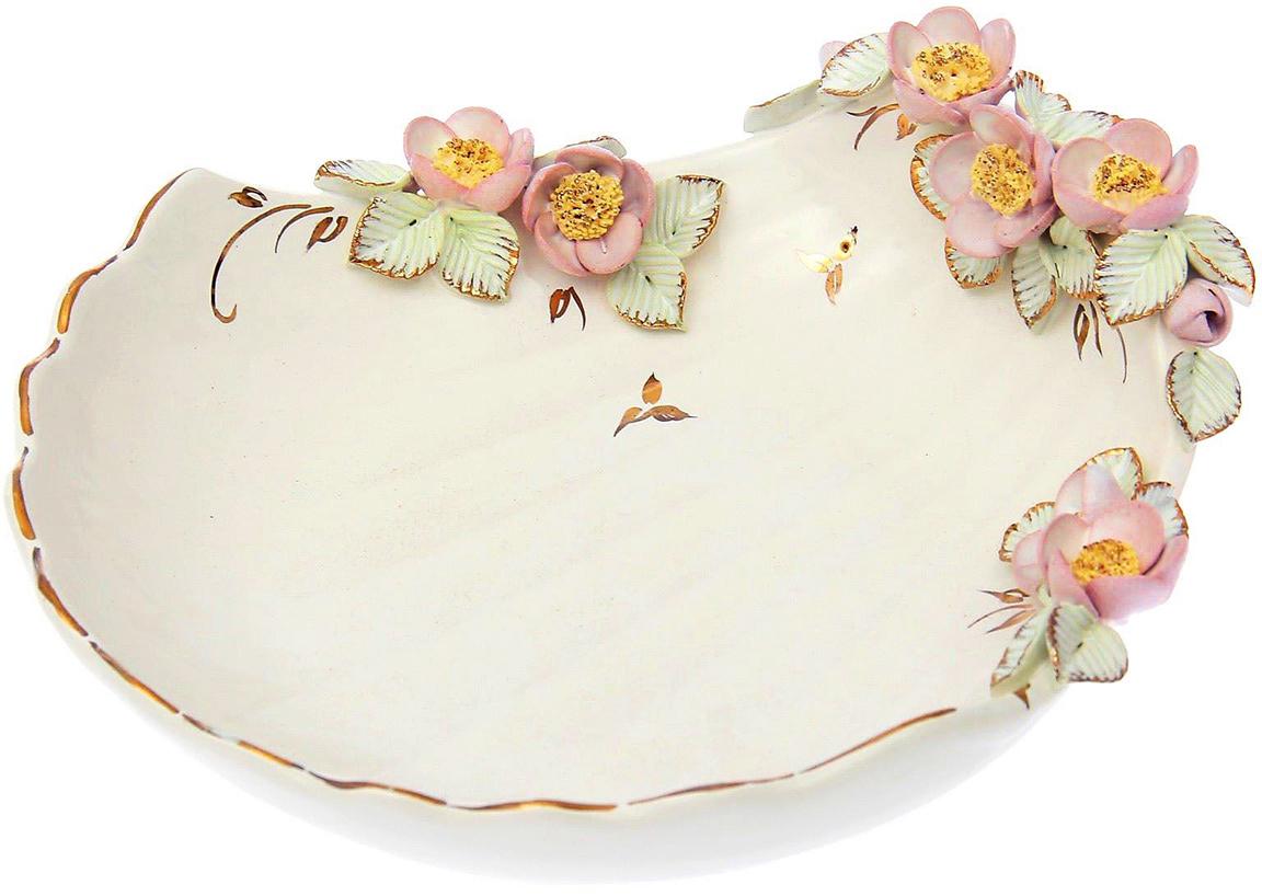 Конфетница Керамика ручной работы Ракушка, цвет: белый. 15497241549724Ваза для конфет украсит любую квартиру, дачу или офис. Преподнести её в качестве подарка друзьям или близким – отличная идея.Необычный дизайн и расцветка может вписаться в любой интерьер и стать его уникальным акцентом. Вещь предназначена для подачи конфет, сухофруктов или восточных сладостей.