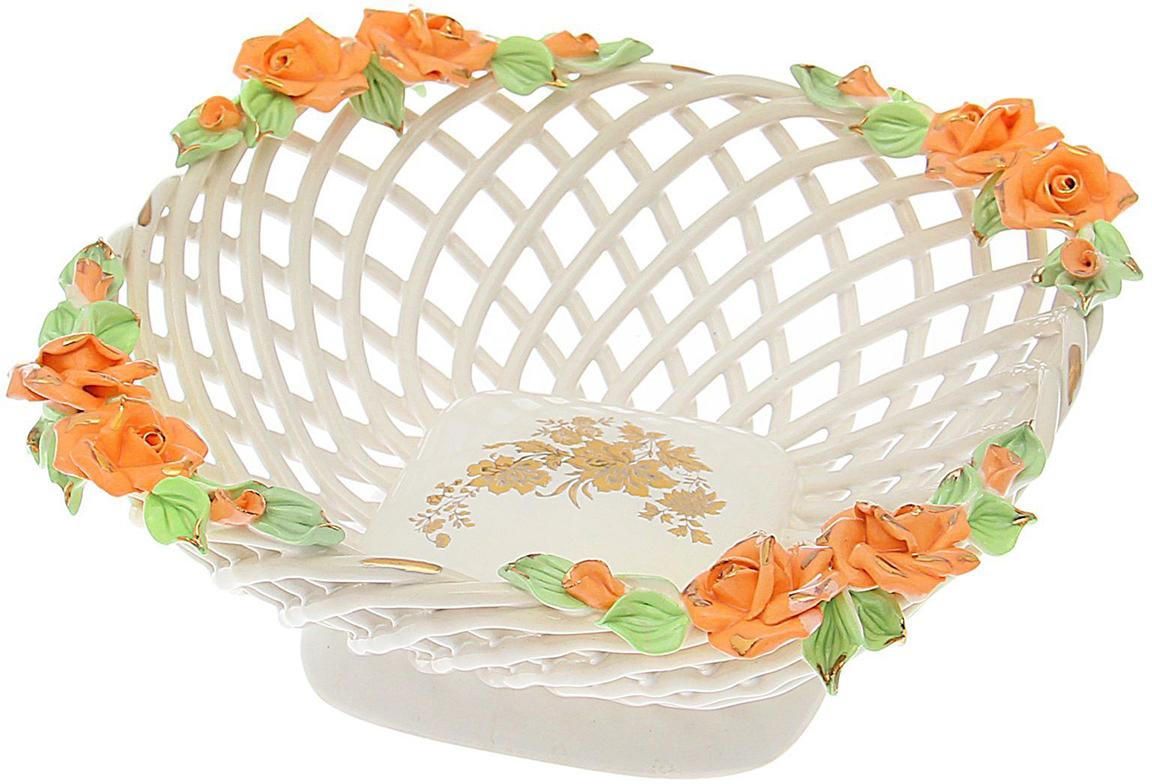 Конфетница Керамика ручной работы Квадратная, цвет: белый1647495Ваза для конфет выполнена из фарфора белого цвета. Её стенки декорированы плетением, а дно украшено рисунком. Изделие оформлено изящной лепкой в виде цветочной композиции с золотым обрамлением. Такой дизайн обязательно придётся по вкусу тем, кто предпочитает нежные цвета и изысканные детали в интерьере. Вещь предназначена для подачи конфет, сухофруктов или восточных сладостей. Фарфоровая посуда ручной работы будет радовать своей прочностью и первоначальным внешним видом не один год!
