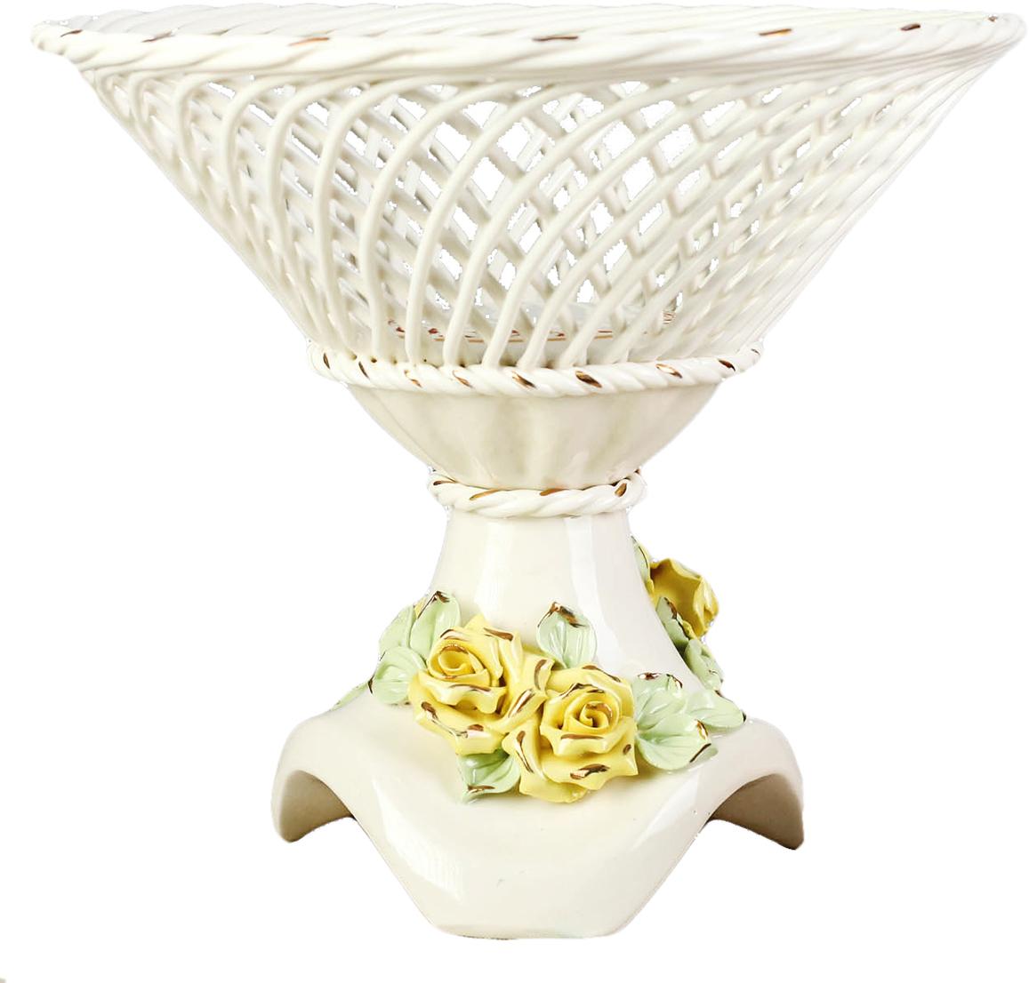 Конфетница Керамика ручной работы Адажио, цвет: белый1647506Ваза для конфет выполнена из фарфора белого цвета. Её стенки декорированы плетением, а дно украшено рисунком. Изделие оформлено изящной лепкой в виде цветочной композиции с золотым обрамлением. Такой дизайн обязательно придётся по вкусу тем, кто предпочитает нежные цвета и изысканные детали в интерьере. Вещь предназначена для подачи конфет, сухофруктов или восточных сладостей. Фарфоровая посуда ручной работы будет радовать своей прочностью и первоначальным внешним видом не один год!