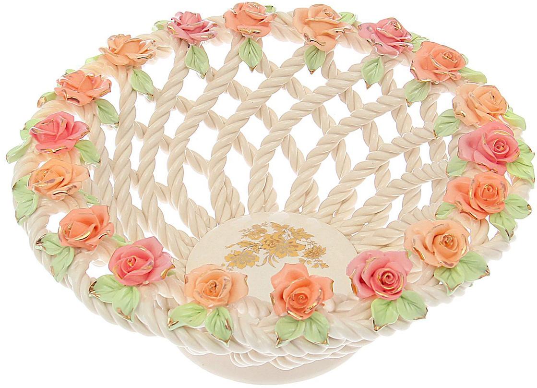 Конфетница Керамика ручной работы Глория, цвет: розовый1647509Ваза для конфет выполнена из фарфора белого цвета. Её стенки декорированы плетением, а дно украшено рисунком. Изделие оформлено изящной лепкой в виде цветочной композиции с золотым обрамлением. Такой дизайн обязательно придётся по вкусу тем, кто предпочитает нежные цвета и изысканные детали в интерьере. Вещь предназначена для подачи конфет, сухофруктов или восточных сладостей. Фарфоровая посуда ручной работы будет радовать своей прочностью и первоначальным внешним видом не один год!