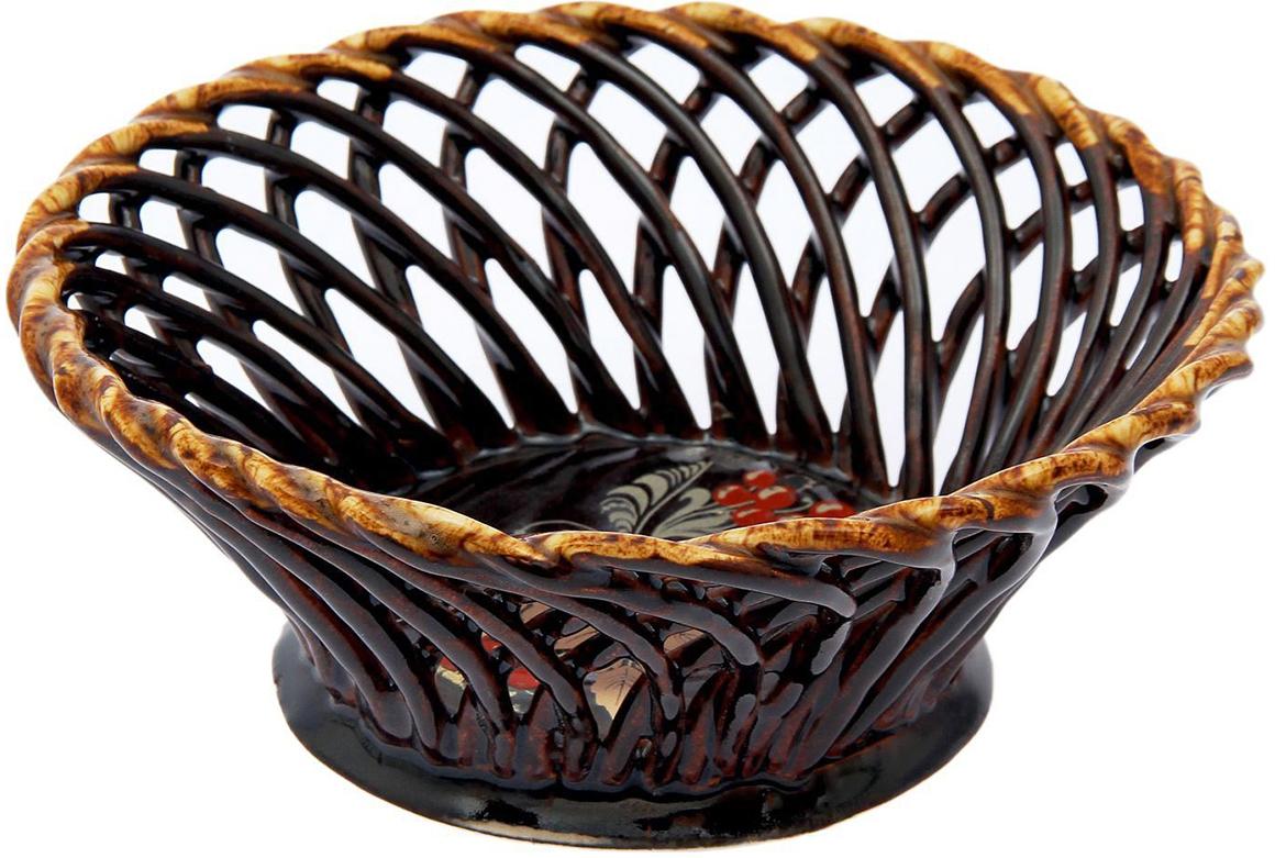 Конфетница Керамика ручной работы Плетенка, цвет: коричневый1968843Ваза для конфет украсит любую квартиру, дачу или офис. Преподнести её в качестве подарка друзьям или близким – отличная идея. Необычный дизайн и расцветка может вписаться в интерьер или стать его ярким, уникальным акцентом. Храните в ёмкости конфеты или фрукты.