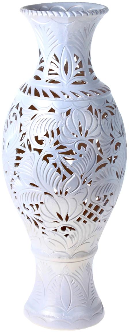 Ваза напольная Керамика ручной работы Юлия, цвет: белый, резка198738Это ваза - отличный способ подчеркнуть общий стиль интерьера. Существует множество причин иметь такой предмет дома. Вот лишь некоторые из них: Формирование праздничного настроения. Можно украсить вазу к Новому году гирляндой, тюльпанами на 8 марта, розами на день Святого Валентина, вербой на Пасху. За счёт того, что это заметный элемент интерьера, вы легко и быстро создадите во всём доме праздничное настроение. Заполнение углов, подиумов, ниш. Таким образом можно сделать обстановку более уютной и многогранной. Создание групповой композиции. Если позволяет площадь пространства, разместите несколько ваз так, чтобы они сочетались по стилю или цветовому решению. Это придаст обстановке более завершённый вид. Подходящая форма и стиль этого предмета подчеркнут достоинства дизайна квартиры. Ваза может стать отличным подарком по любому поводу, ведь такой элемент интерьера практичен и способен каждый день создавать хорошее настроение!