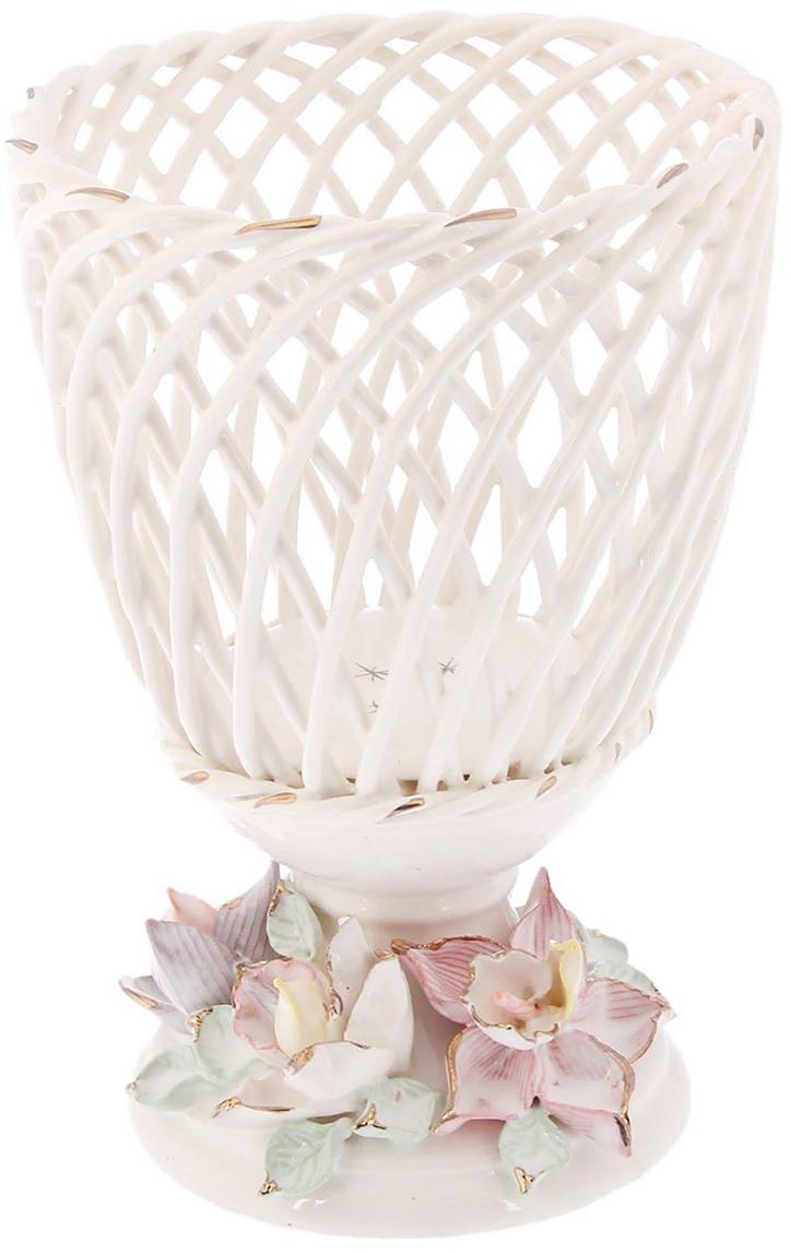 Ваза Керамика ручной работы Орхидея, цвет: белый. 20997282099728Ваза для конфет выполнена из фарфора белого цвета. Её стенки декорированы плетением. Изделие оформлено изящной лепкой в виде цветочной композиции с золотым обрамлением. Такой дизайн обязательно придётся по вкусу тем, кто предпочитает нежные цвета и изысканные детали в интерьере. Вещь предназначена для подачи конфет, сухофруктов или восточных сладостей. Фарфоровая посуда ручной работы будет радовать своей прочностью и первоначальным внешним видом не один год!