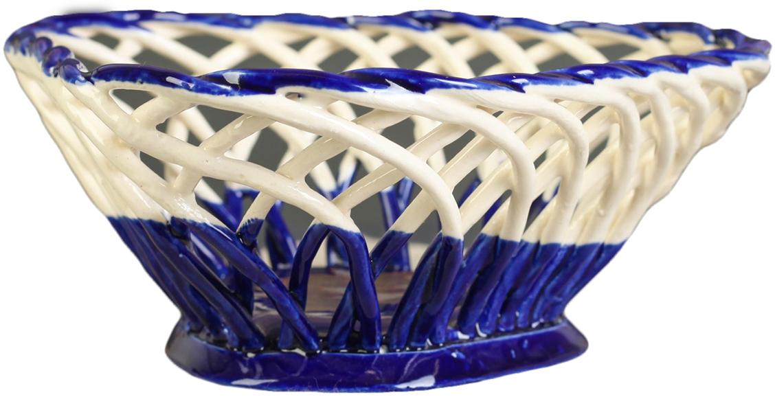 Конфетница треугольная Керамика ручной работы , цвет: синий2739113Ваза для конфет украсит любую квартиру, дачу или офис. Преподнести её в качестве подарка друзьям или близким – отличная идея. Необычный дизайн и расцветка может вписаться в любой интерьер и стать его уникальным акцентом. Вещь предназначена для подачи конфет, сухофруктов или восточных сладостей.