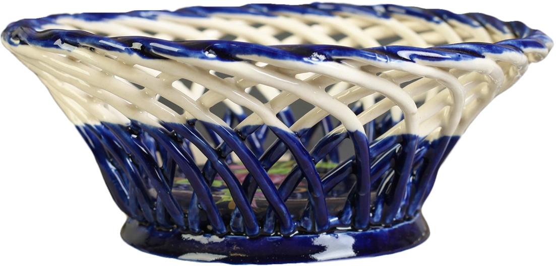 Конфетница круглая Керамика ручной работы, цвет: синий2739116Ваза для конфет украсит любую квартиру, дачу или офис. Преподнести её в качестве подарка друзьям или близким – отличная идея. Необычный дизайн и расцветка может вписаться в любой интерьер и стать его уникальным акцентом. Вещь предназначена для подачи конфет, сухофруктов или восточных сладостей.