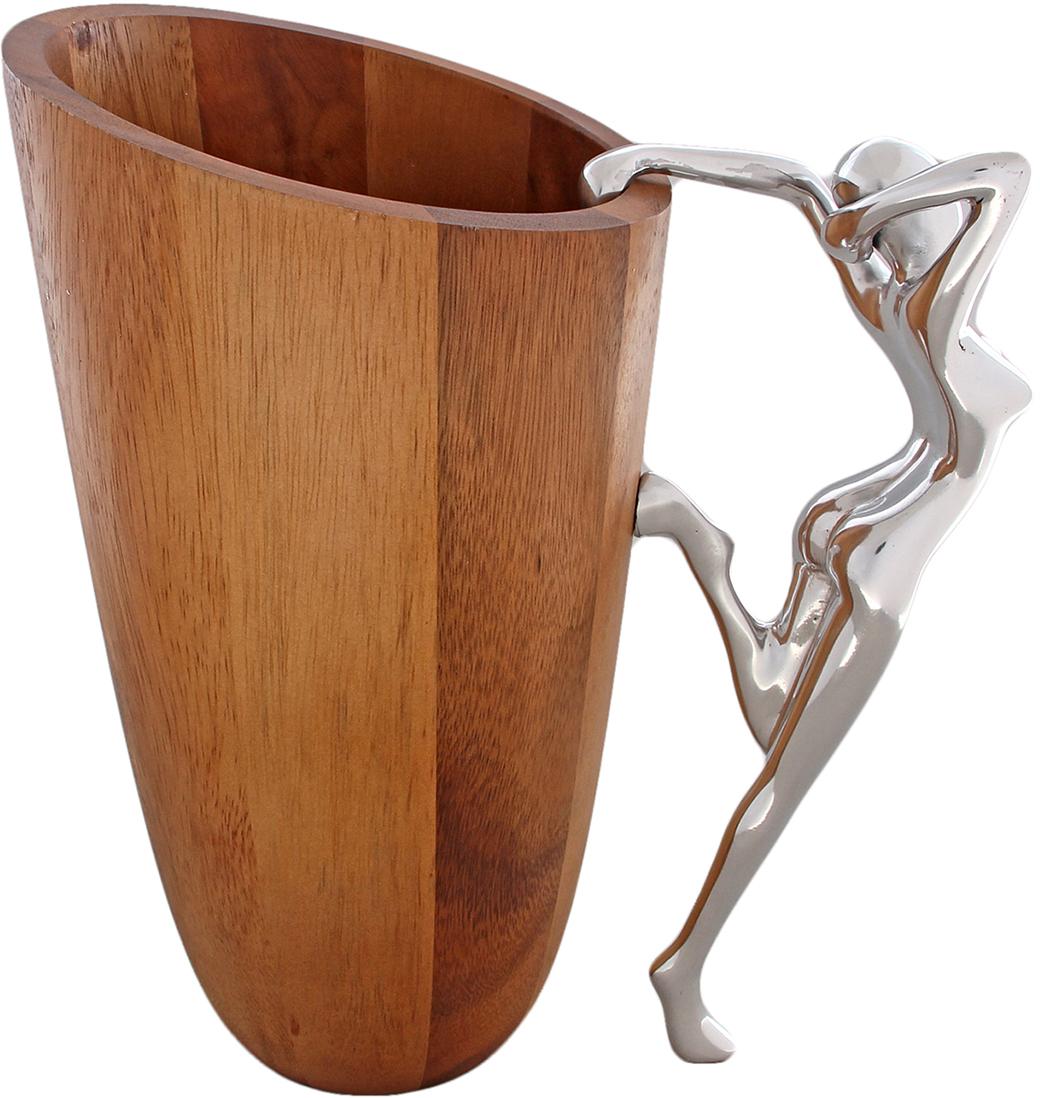 Прекрасная композиция, в которой совмещены прочность дерева и грациозность металла. Дерево акации высоко ценится, ведь его обычно используют при изготовлении мебели и даже прикладов оружия, поэтому вы можете не переживать за эту элегантную вазу, если вдруг она случайно упадет. Посмотрите на эту изящную гимнастку, которая словно опирается, чтобы выполнить особый трюк, это не просто ваза, а настоящий шедевр, дополняющий любой интерьер.