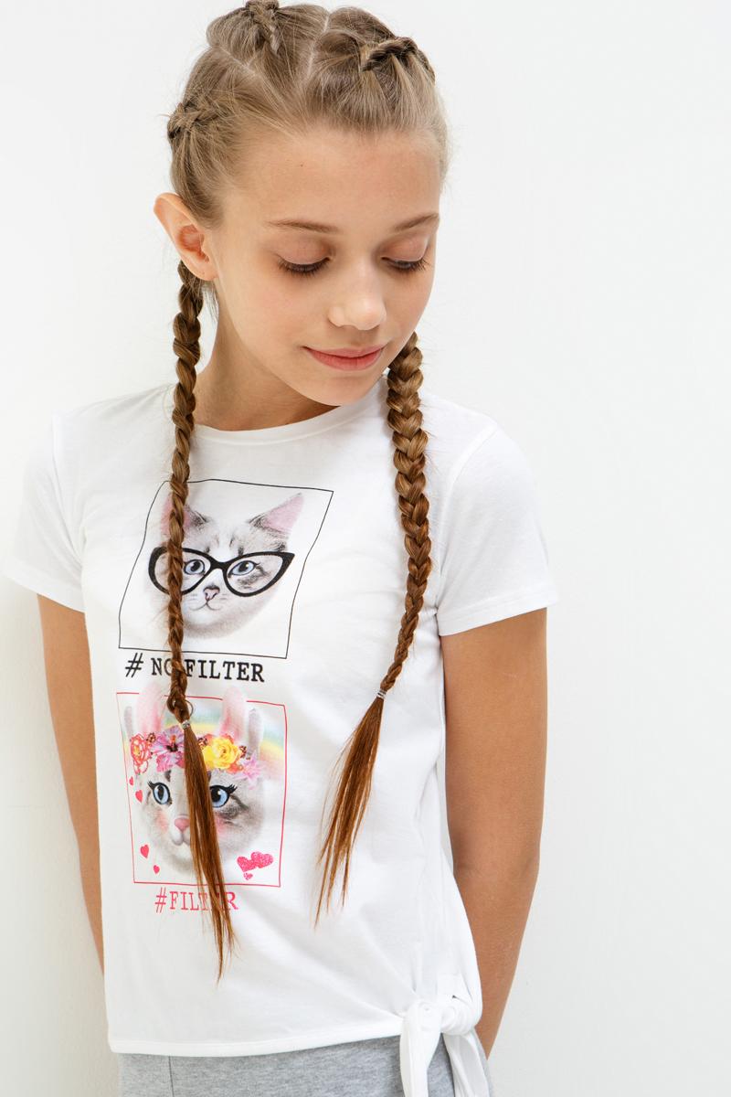 Футболка для девочки Acoola Olga, цвет: белый. 20210110116_200. Размер 13420210110116_200Трикотажная футболка с ярким принтом спереди и декоративным узлом снизу. Модель имеет прямой крой, круглый вырез горловины, короткие рукава.