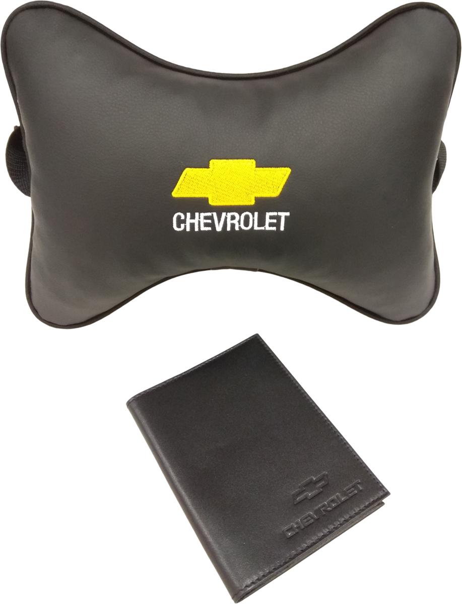 Подарочный набор автомобилисту Auto Premium, с логотипом Chevrolet, 2 предмета67803Лаконичный подарок любому автолюбителю. Подушка в салон автомобиля с индивидуальной вышивкой добавит комфорта при поездке в автомобиле. Бумажник водителя с тиснением автологотипа выполнен из натуральной кожи и имеет презентабельный внешний вид. На внутреннем развороте обложки имеются все необходимые карманы для хранения автодокументов.
