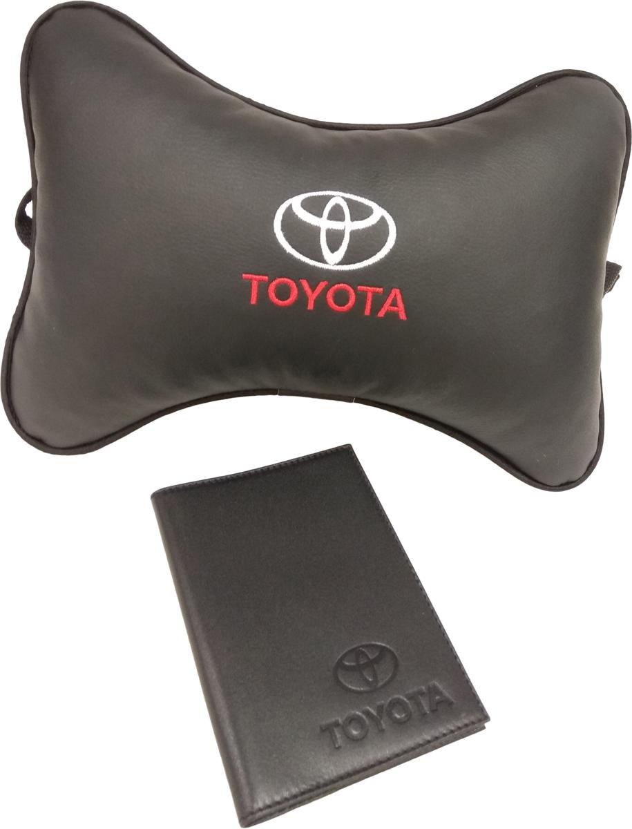Подарочный набор автомобилисту Auto Premium, с логотипом Toyota, 2 предмета67808Лаконичный подарок любому автолюбителю. Подушка в салон автомобиля с индивидуальной вышивкой добавит комфорта при поездке в автомобиле. Бумажник водителя с тиснением автологотипа выполнен из натуральной кожи и имеет презентабельный внешний вид. На внутреннем развороте обложки имеются все необходимые карманы для хранения автодокументов.