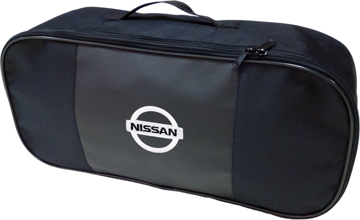 Набор аварийный в сумке Auto Premium, с логотипом Nissan + жилет светоотражающий, размер XL. 6745567455Набор аварийный в сумке Auto Premium оснащен базовыми элементами, которые необходимы каждому автолюбителю. Состав набора:- аптечка первой помощи автомобильная;- трос буксировочный 5т/пет/пакет;- огнетушитель порошковый ОП-2(з); - АВСЕ, с металлическим ЗПУ;- знак аварийной остановки; - сумка для набора техосмотра Премиум со вставкой из экокожи и вышивкой; - жилет сигнальный со светоотражающими полосами, размер XL.Размер сумки: 47 х 21 х 13 см.