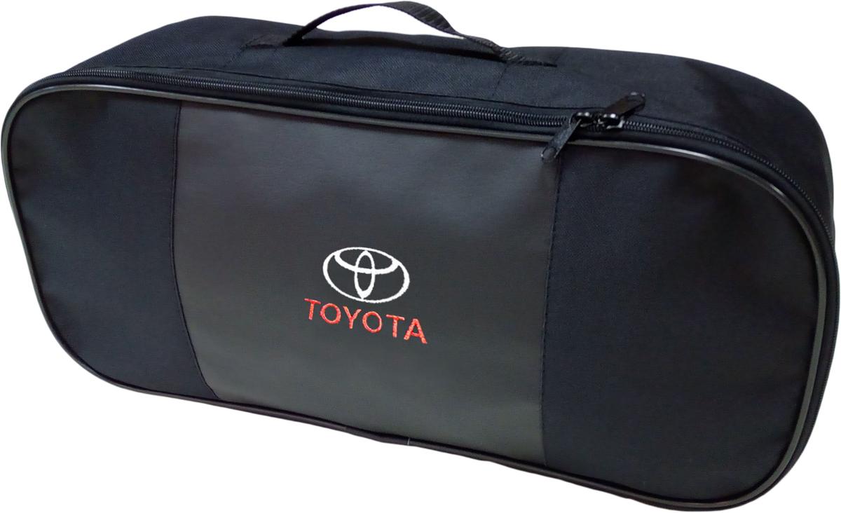 Набор аварийный в сумке Auto Premium, с логотипом Toyota + жилет светоотражающий, размер XL. 6746367463Набор аварийный в сумке Auto Premium оснащен базовыми элементами, которые необходимы каждому автолюбителю. Состав набора:- аптечка первой помощи автомобильная;- трос буксировочный 5т/пет/пакет;- огнетушитель порошковый ОП-2(з); - АВСЕ, с металлическим ЗПУ;- знак аварийной остановки; - сумка для набора техосмотра Премиум со вставкой из экокожи и вышивкой; - жилет сигнальный со светоотражающими полосами, размер XL.Размер сумки: 47 х 21 х 13 см.