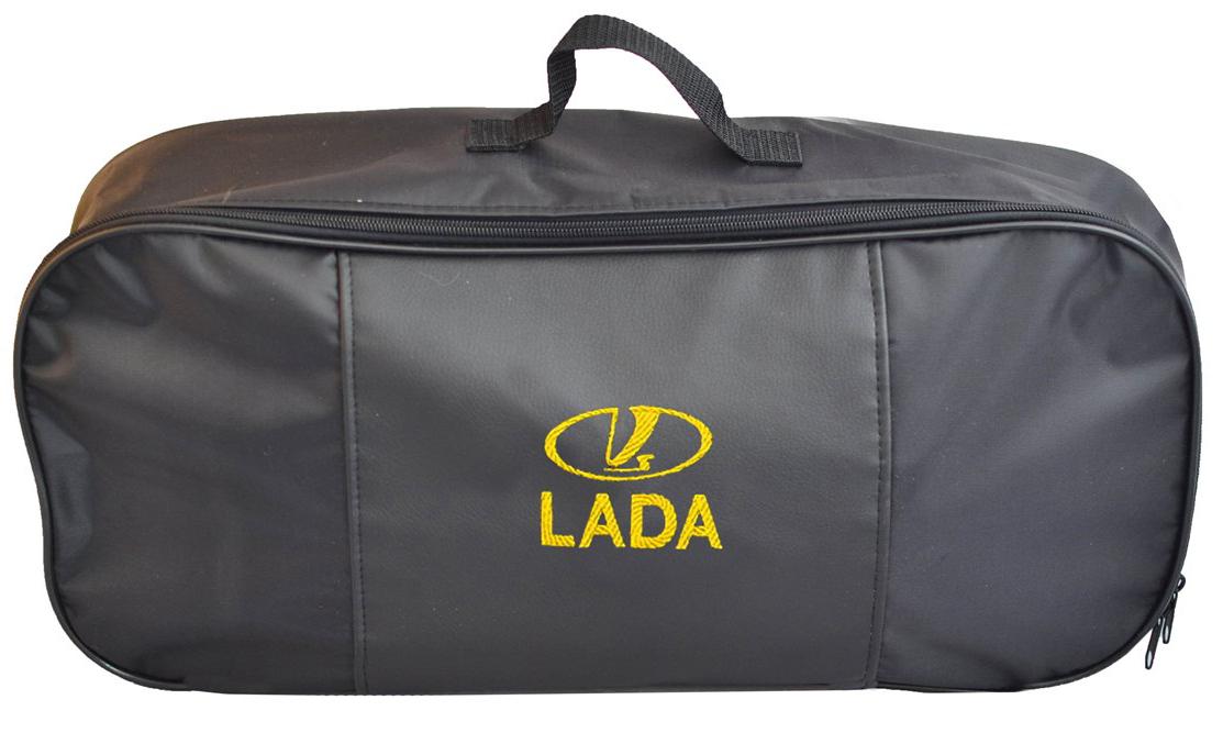 Набор аварийный в сумке Auto Premium, с логотипом Lada + жилет светоотражающий, размер XL. 6747267472Набор аварийный в сумке Auto Premium оснащен базовыми элементами, которые необходимы каждому автолюбителю. Состав набора:- аптечка первой помощи автомобильная;- трос буксировочный 5т/пет/пакет;- огнетушитель порошковый ОП-2(з); - АВСЕ, с металлическим ЗПУ;- знак аварийной остановки; - сумка для набора техосмотра Премиум со вставкой из экокожи и вышивкой; - жилет сигнальный со светоотражающими полосами, размер XL.Размер сумки: 47 х 21 х 13 см.