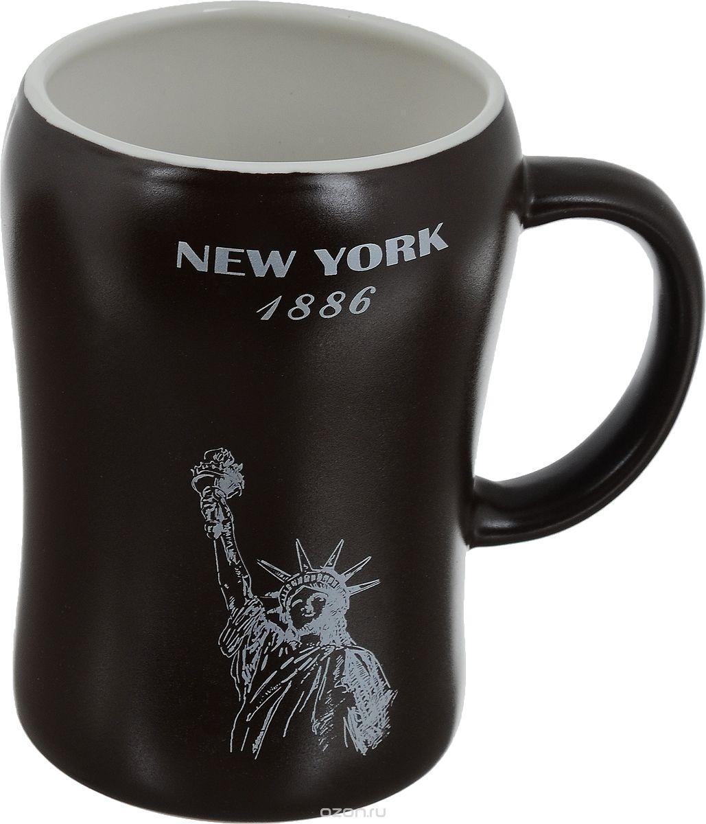 Кружка пивная Bella New York, 500 млKR-01SCD290CB-1438_коричневыйПивная кружка Bella New York - это не просто емкость для пенного напитка, это еще оригинальный сувенир или прекрасный подарок для настоящего ценителя. Такая пивная кружка превращает распитие пива в настоящий ритуал. Кружка выполнена из керамики и оформлена изображением Статуи Свободы и надписью New York 1886. Пивная кружка Bella New York станет прекрасным пополнением вашей коллекции. Не рекомендуется мыть в посудомоечной машине.Объем: 500 мл. Высота кружки: 13 см. Диаметр (по верхнему краю): 8,5 см.