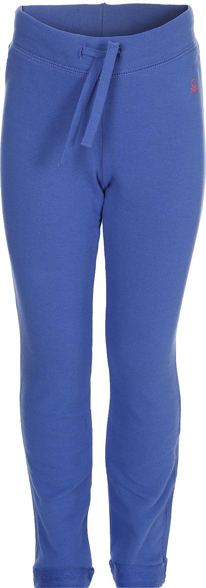 Брюки для девочки United Colors of Benetton, цвет: синий. 3JD7I0122_03H. Размер 823JD7I0122_03HСтильные брюки для девочки идеально подойдут для отдыха и прогулок. Изготовленные из высококачественного материала, они необычайно мягкие и приятные на ощупь, не сковывают движения малышки и позволяют коже дышать, не раздражают даже самую нежную и чувствительную кожу ребенка, обеспечивая наибольший комфорт. Брюки прямого кроя на талии имеют широкую эластичную резинку, благодаря чему они не сдавливают животик ребенка и не сползают. Оригинальный современный дизайн и модная расцветка делают эти брюки модным и стильным предметом детского гардероба.
