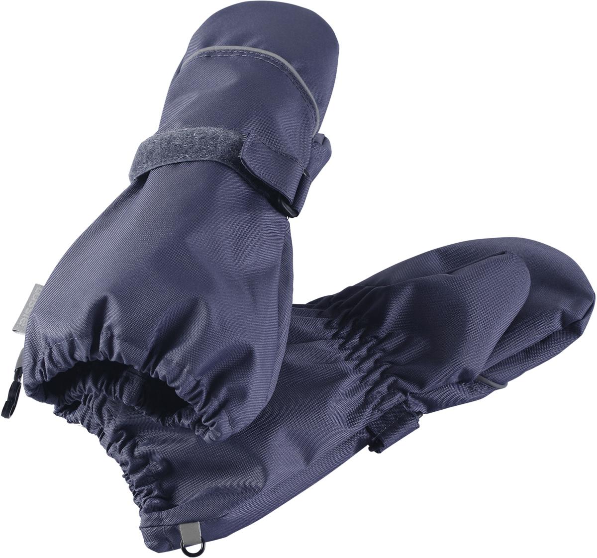 Варежки детские Lassie, цвет: серый. 7277049260. Размер 37277049260Благодаря водонепроницаемому материалу эти варежки не пропустят внутрь ни воду, ни сырость сколько бы луж не пришлось изучить вашему малышу. Прочный ветронепроницаемый материал также имеет грязеотталкивающую поверхность, а значит, очень прост в уходе. Удобная трикотажная подкладка из полиэстера с начесом очень приятная на ощупь. Практичные детали просто незаменимы: застежка сзади для удобства регулирования и светоотражающий кант по верху.