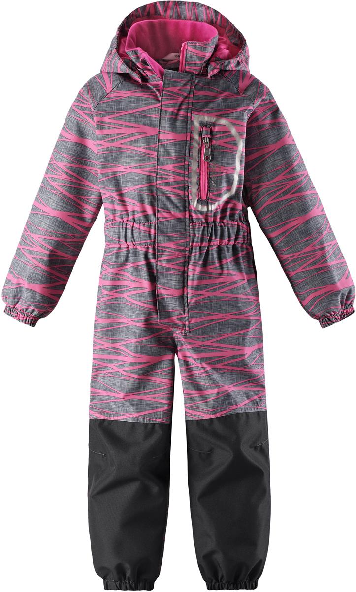 Комбинезон детский Lassie, цвет: розовый. 7207204401. Размер 987207204401Теплый детский комбинезон Lassie by Reima идеально подойдет для ребенка в прохладное время года. Комбинезон изготовлен из водоотталкивающей и ветрозащитной ткани без утеплителя. Материал отличается высокой устойчивостью к трению, благодаря специальной обработке полиуретаном поверхность изделия отталкивает грязь и воду, что облегчает поддержание аккуратного вида одежды. Комбинезон с рукавами-реглан и съемным капюшоном застегивается на застежку-молнию и дополнительно имеет внешний ветрозащитный клапан на липучках и защиту подбородка. Капюшон, присборенный по бокам, защитит нежные щечки от ветра, он пристегивается к комбинезону при помощи металлических кнопок и застегивается под подбородком клапаном на липучку. Края рукавов дополнены неширокими эластичными манжетами. Мягкая подкладка на воротнике, капюшоне и манжетах обеспечивает дополнительный комфорт. Спереди комбинезон дополнен одним карманом на молнии. На спинке по линии талии имеется широкая эластичная резинка. В области ягодиц и колен предусмотрены вставки из высокопрочного материала. Снизу брючин предусмотрены прорезиненные съемные штрипки, одевающиеся на ступню и не дающие комбинезону ползти вверх. Оформлено изделие оригинальным принтом.Комфортный, удобный и практичный комбинезон идеально подойдет для прогулок и игр на свежем воздухе!