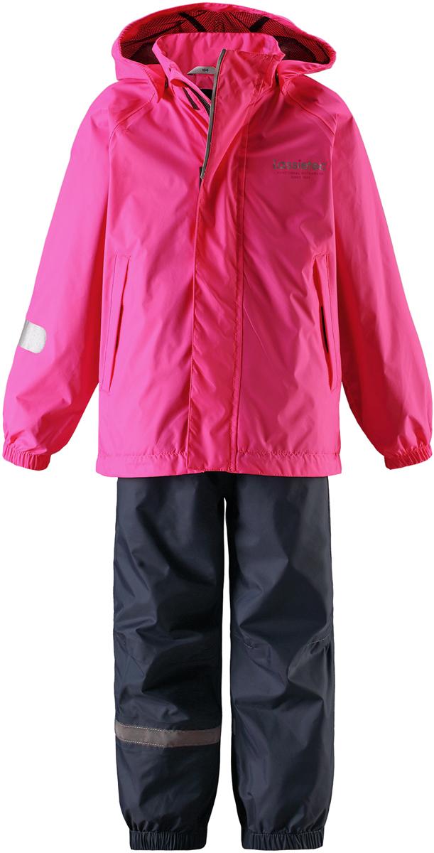 Комплект одежды детский Lassie: куртка, брюки, цвет: розовый. 7237214400. Размер 927237214400Прочный детский комплект Lassie состоит из куртки и брюк. Водоотталкивающий и ветронепроницаемый материал хорошо пропускает воздух, так что в этой куртке не вспотеешь. Куртка снабжена безопасным съемным капюшоном. Гладкая подкладка из полиэстера хорошо пропускает воздух и облегчает одевание. В куртке предусмотрены прорезные карманы. Брюки снабжены регулируемыми манжетами. Светоотражающие детали позволят лучше разглядеть маленьких любителей приключений, играющих на свежем воздухе в темное время суток.