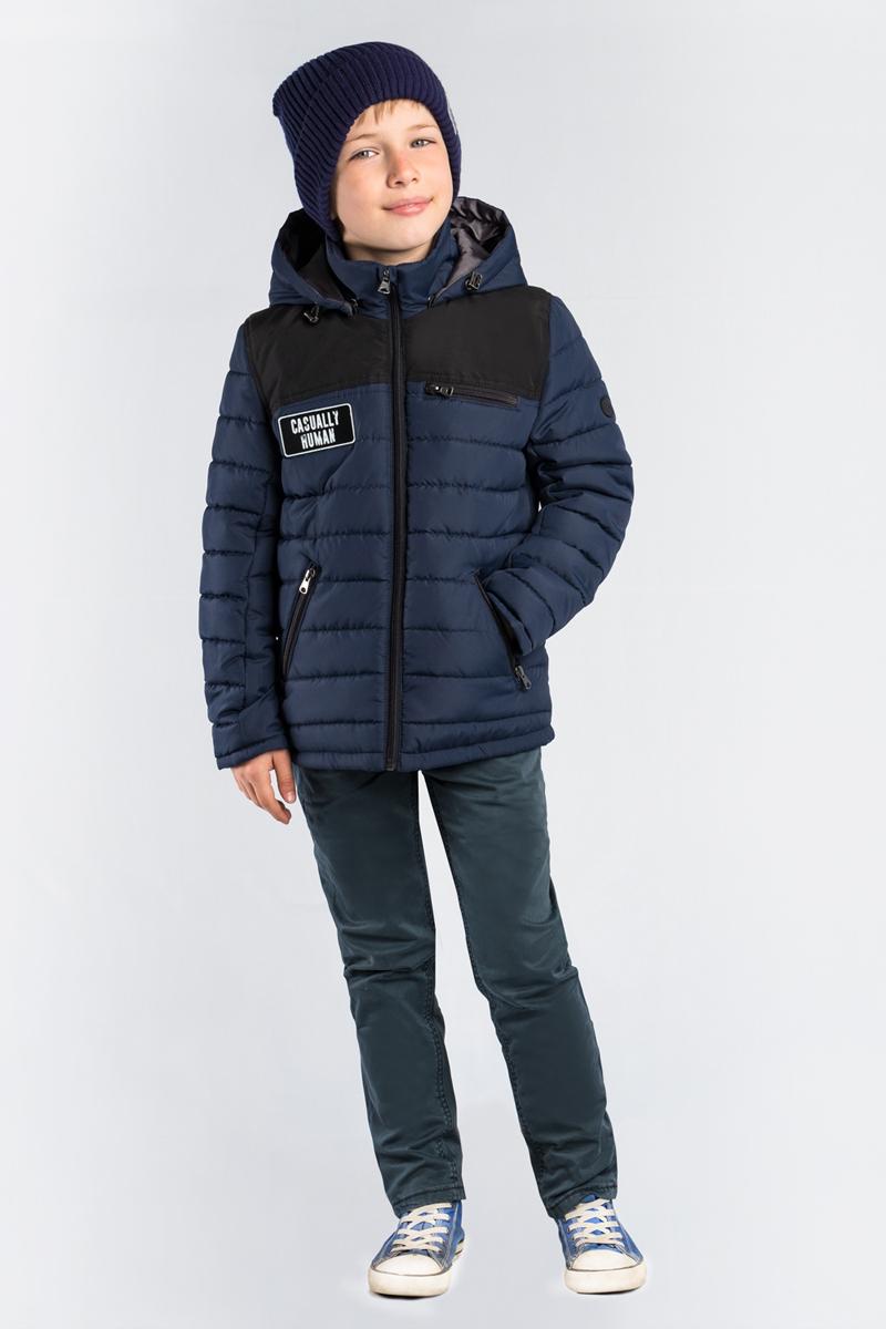 Куртка для мальчика Boom!, цвет: темно-синий. 80017_BOB. Размер 13480017_BOBКлассическая стеганая куртка Boom! для мальчика выполнен из высококачественного материала. Модель с капюшоном застегивается на застежку-молнию. Куртка дополнена двумя боковыми карманами на застежках-молниях.