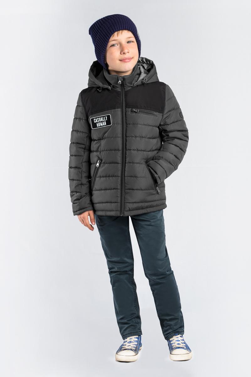 Куртка для мальчика Boom!, цвет: серый. 80017_BOB. Размер 12280017_BOBКлассическая стеганая куртка Boom! для мальчика выполнен из высококачественного материала. Модель с капюшоном застегивается на застежку-молнию. Куртка дополнена двумя боковыми карманами на застежках-молниях.