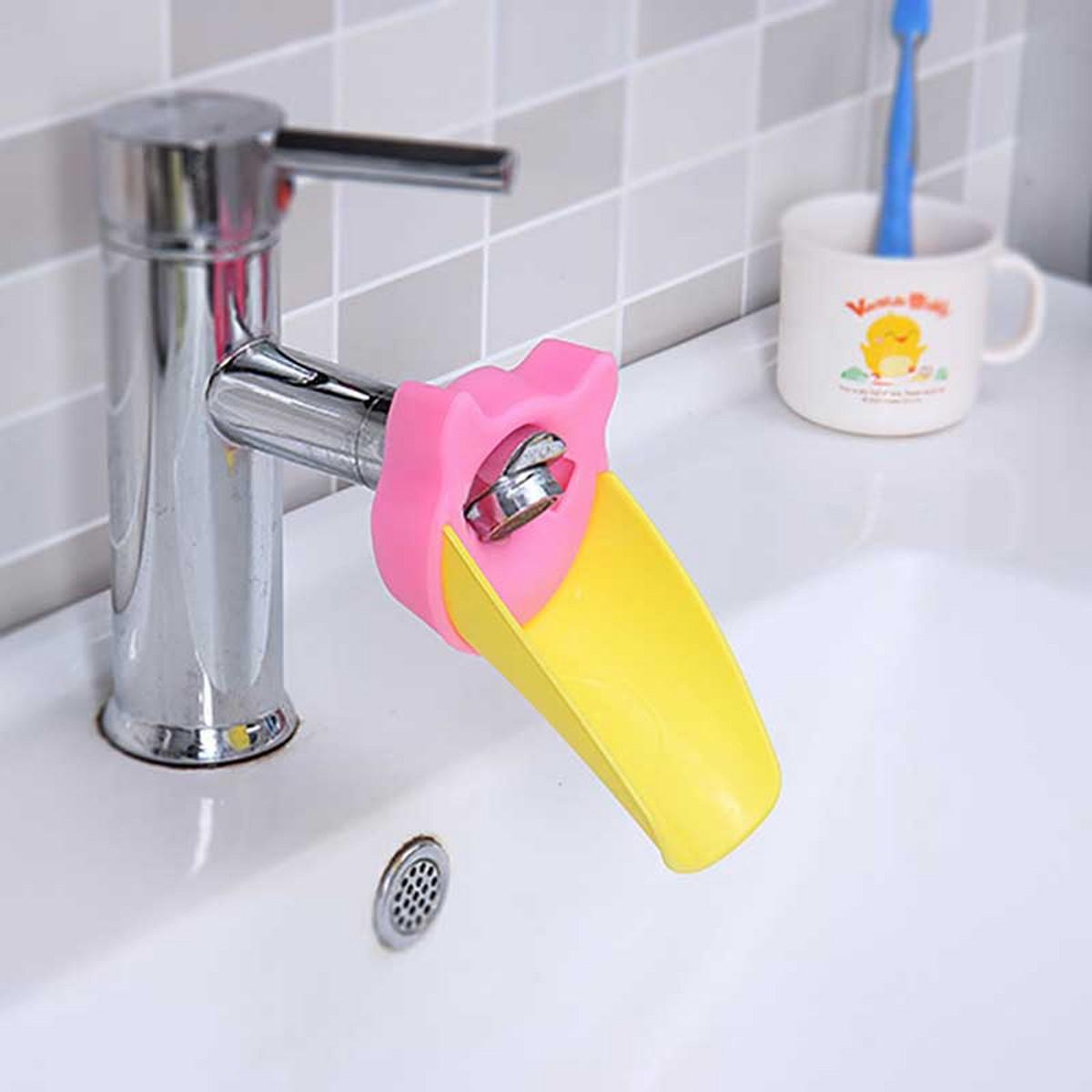 Малыши, которые хотят мыть руки сами – это радость! Но часто они еще не могут дотянуться до струи воды и родителям приходится приподнимать и держать плюхающегося кроху. А это уже неудобно и тяжело. Насадка на кран детская «ПЛЮХ» - веселый пластиковый аксессуар, который направит воду из крана ближе к ребенку! Мягкое крепление насадки на кран позволяет быстро снимать и одевать ее, чтобы всем членам семьи было удобно! Насадка на кран «ПЛЮХ» поможет малышу чувствовать себя увереннее и может привлечет к чистке зубов или что там он не любит делать! Габариты в собранном виде: 12*9*7,5 см. Вес: 50 г. Материал: ПВХ, силикон. Инструкция на русском языке.