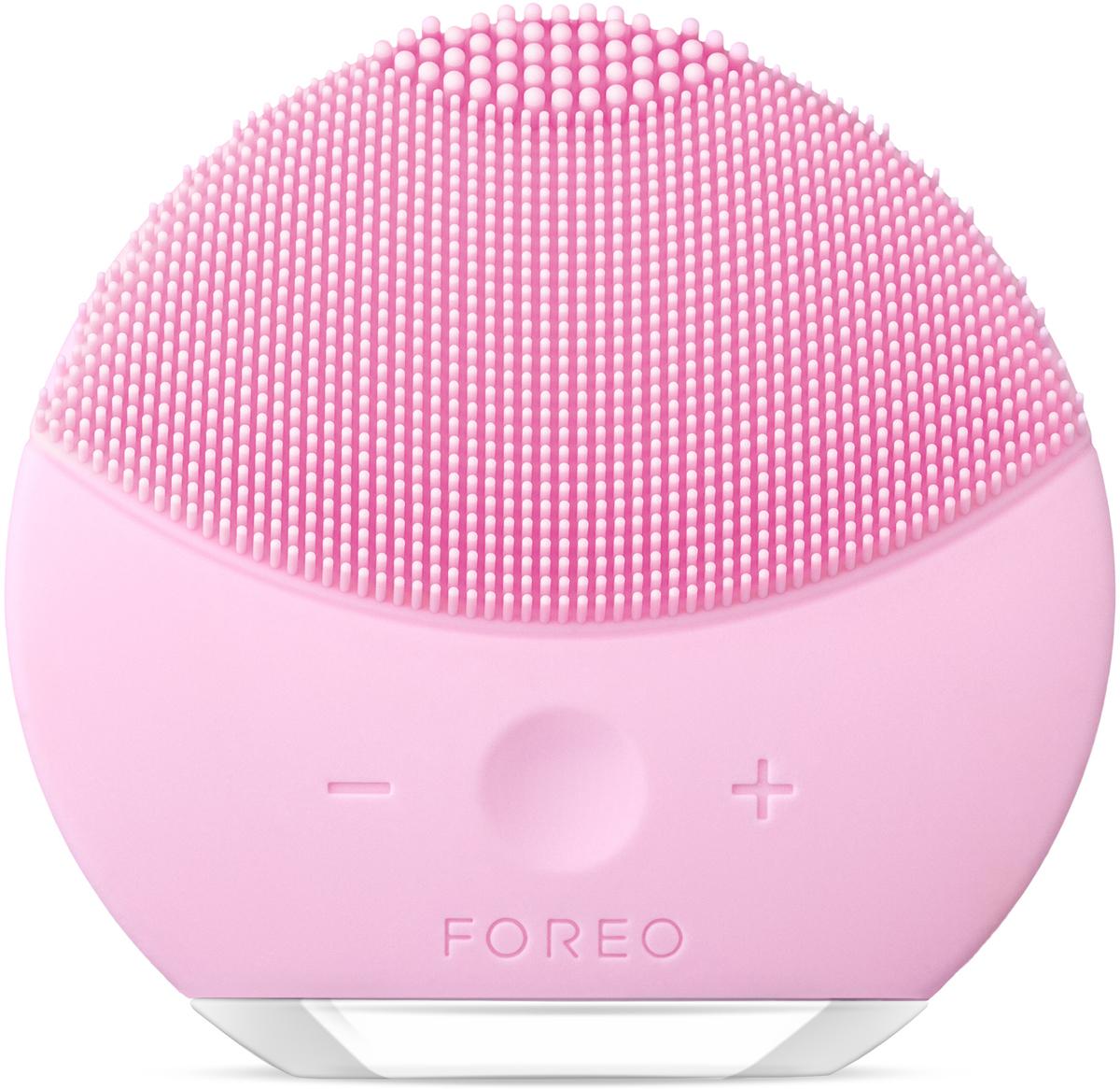 Foreo Щетка для очищения лица LUNA mini 2, цвет: Pearl Pink (розовый)F6224LUNA mini 2 от шведского бьюти бренда FOREO это компактная щетка для очищения лица с усовершенствованной технологией TSonic, 8 ю уровнями интенсивности и индивидуальной настройкой очистки. Всего 1 минута дважды в день и твоя кожа всегда будет свежей, чистой и более гладкой. Мягкие силиконовые щетинки, передающие до 8000 T Sonic пульсаций в минуту, глубоко, но нежно очищают поры кожи от 99,5% грязи, кожного жира и остатков макияжа. Электрическая щетка для лица LUNA mini 2 избавляет кожу от приводящих к воспалениям загрязнений, обеспечивая при этом бережный уход. Электрическая щетка LUNA mini 2 не нуждается в замене головки щетки. Она выполнена из высокопрочного безопасного гипоаллергенного беспористого силикона, предотвращающего скопление бактерий, что делает ее в 35 раз гигиеничнее обычных нейлоновых щеток. Легкая и полностью водонепроницаемая LUNA mini 2 имеет 8 режимов скоростей и идеальна для использования в ванне и душе, полной зарядки прибора хватает на 300 сеансов очистки.
