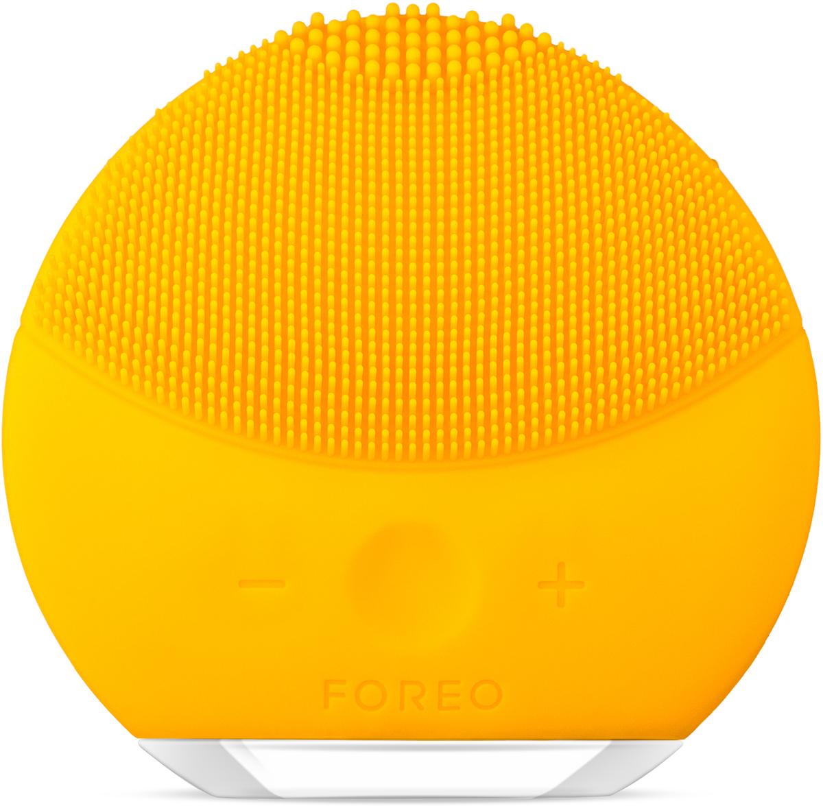 Foreo Щетка для очищения лица LUNA mini 2, цвет: Sunflower Yellow (желтый)F6255LUNA mini 2 от шведского бьюти бренда FOREO это компактная щетка для очищения лица с усовершенствованной технологией TSonic, 8 ю уровнями интенсивности и индивидуальной настройкой очистки. Всего 1 минута дважды в день и твоя кожа всегда будет свежей, чистой и более гладкой. Мягкие силиконовые щетинки, передающие до 8000 T Sonic пульсаций в минуту, глубоко, но нежно очищают поры кожи от 99,5% грязи, кожного жира и остатков макияжа. Электрическая щетка для лица LUNA mini 2 избавляет кожу от приводящих к воспалениям загрязнений, обеспечивая при этом бережный уход. Электрическая щетка LUNA mini 2 не нуждается в замене головки щетки. Она выполнена из высокопрочного безопасного гипоаллергенного беспористого силикона, предотвращающего скопление бактерий, что делает ее в 35 раз гигиеничнее обычных нейлоновых щеток. Легкая и полностью водонепроницаемая LUNA mini 2 имеет 8 режимов скоростей и идеальна для использования в ванне и душе, полной зарядки прибора хватает на 300 сеансов очистки.