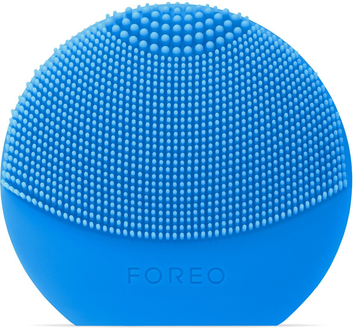 Foreo Щетка для очищения лица LUNA play plus, цвет: Aquamarine (голубой)F7768LUNA play plus, благодаря которой твоя кожа всегда остаётся безупречно красивой, идеально подходит для знакомства с линией по уходу за кожей от FOREO. Мягкие силиконовые щетинки, передающие до 8000 T Sonic пульсаций в минуту, глубоко, но нежно очищают поры кожи от 99,5 процентов грязи, кожного жира и остатков макияжа. Очищающая поверхность большего размера и удлинённые щетинки LUNA play plus обеспечивают более нежную интенсивную очистку. Прибор работает на сменной батарейке ААА, что делает его практичным и долговечным. Прикосновение мягкого силикона к коже необычайно нежно и приятно, он гипоаллергенен и не содержит фталатов и ВРА. LUNA play plus позволит избежать дополнительных затрат, так как не нуждается в сменных насадках. Используй ее всего 1 минуту дважды в день с любимым средством для очищения, и твоя кожа станет заметно красивее.