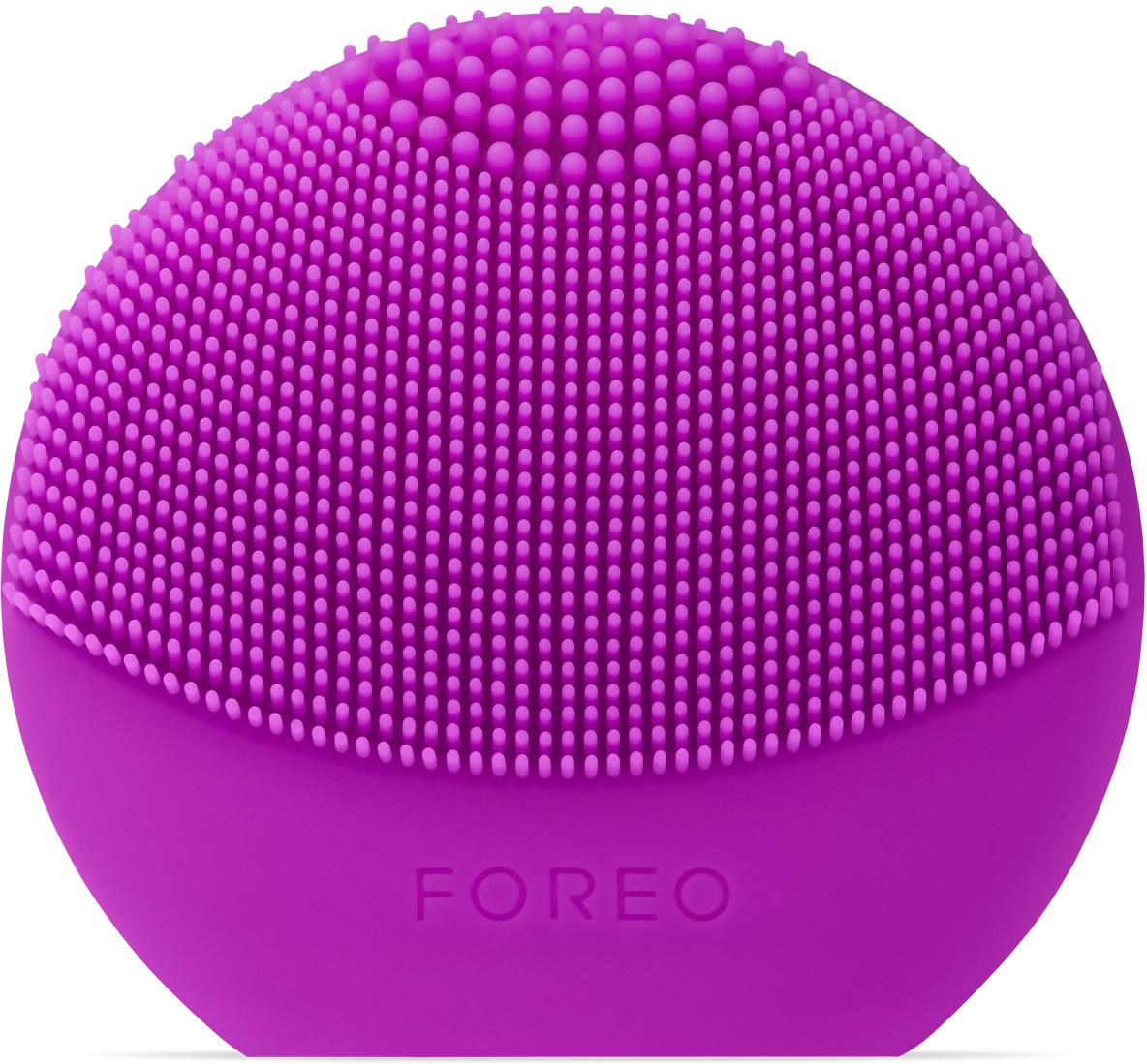 Foreo Щетка для очищения лица LUNA play plus, цвет: Purple (пурпурный)F7799LUNA play plus, благодаря которой твоя кожа всегда остаётся безупречно красивой, идеально подходит для знакомства с линией по уходу за кожей от FOREO. Мягкие силиконовые щетинки, передающие до 8000 T Sonic пульсаций в минуту, глубоко, но нежно очищают поры кожи от 99,5 процентов грязи, кожного жира и остатков макияжа. Очищающая поверхность большего размера и удлинённые щетинки LUNA play plus обеспечивают более нежную интенсивную очистку. Прибор работает на сменной батарейке ААА, что делает его практичным и долговечным. Прикосновение мягкого силикона к коже необычайно нежно и приятно, он гипоаллергенен и не содержит фталатов и ВРА. LUNA play plus позволит избежать дополнительных затрат, так как не нуждается в сменных насадках. Используй ее всего 1 минуту дважды в день с любимым средством для очищения, и твоя кожа станет заметно красивее.