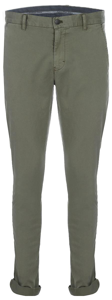 Брюки мужские Calvin Klein Jeans, цвет: бежевый. J30J306393_2933. Размер 30-32 (46-32)J30J306393_2933Мужские брюки Calvin Klein Jeans станут модным дополнением к вашему гардеробу. Изготовленные из эластичного хлопка, они мягкие и приятные на ощупь, не сковывают движения и позволяют коже дышать, обеспечивая комфорт. Брюки зауженного кроя на поясе застегиваются на пуговицу и имеют ширинку на застежке-молнии, а также шлевки для ремня. Спереди у модели предусмотрены два втачных кармана, сзади - два прорезных кармана на пуговицах.Современный дизайн и расцветка делают эти брюки стильным предметом одежды, они отлично дополнят ваш образ и подчеркнут неповторимый стиль.