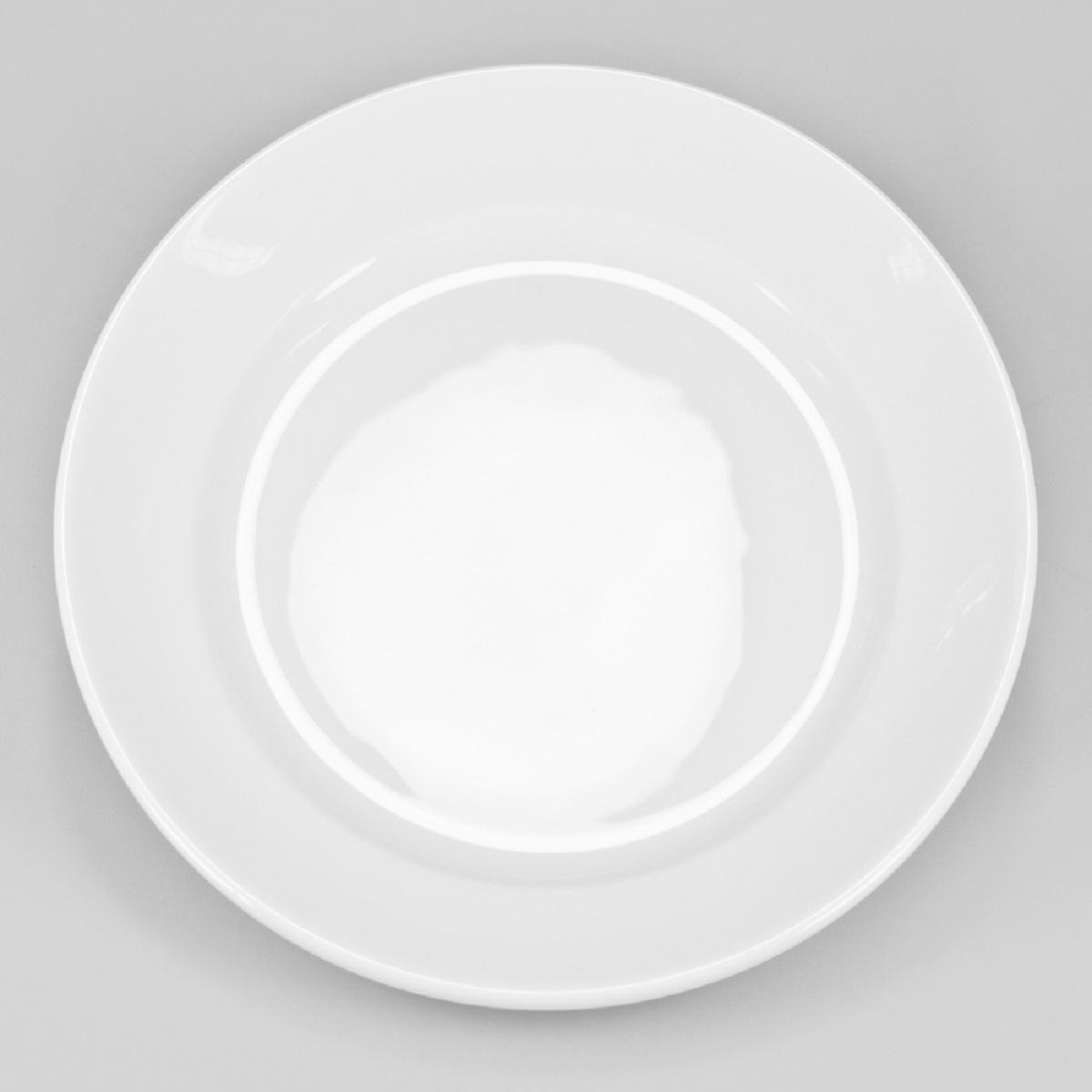 Тарелка Narumi, диаметр 25 см9265-1672Фарфоровые изделия из Японии маркируются на донышке обозначением China. Made in Japan. China - это международное обозначение высококачественного фарфора, происходящее от искаженного титула китайского императора, владеющего монополией на производство фарфора. Обозначение Bone China соответствует утонченному и изысканному костяному фарфору, популярность которого сейчас высока как никогда. Посуда из костяного фарфора этой фирмы имеет оригинальные формы, которые выделяют его среди продукции других фабрик. Продукцию этой фабрики характеризует значительная доля высококвалифицированного ручного труда, именно поэтому фарфор представляет собой высокий уровень, проявляющийся в изделиях для повседневного использования и праздничных ситуациях. Объединение ручного мастерства и дизайнерской идеи создает декоры, которые подчёркивают особую индивидуальность каждой формы. . В продажу поступает фарфор только высокого качества, отличающий уже много лет традиционную марку Narumi Костяной фарфор фабрики Narumi можно мыть в посудомоечной машине.